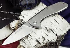 Как выбрать складной EDC-нож для города? Нас часто спрашивают, какие функциональные особенности нужно учитывать при выборе складного ножа для ежедневного использования в городе. Обычно, мы рекомендуем определиться с кругом задач, для которых планируется использовать нож. Но если, человек первый раз сталкивается с выбором складного ножа, то, как правило, не всегда может четко ответить, для чего нужен нож. Ну, просто хочется и все тут.  В этой статье, мы постараемся рассказать об основных функциональных особенностях, которые могут быть полезны при выборе складного EDC ножа. Итак, на что стоит обратить внимание: 1. Подпальцевая выемка под указательный палец. Наличие такого элемента выполняет роль упора, что позволяет более уверенно удерживать нож при выполнении колющих движений. С помощью подпальцевой выемки можно удерживать нож двумя пальцами - большим и указательным. Такой хват бывает полезен, когда требуется выполнение точных и деликатных разрезов. 2. Насечка или упор на обухе. Каждый, кто постоянно носит нож в городе, задумывается о возможности тактического использования ножа. Наличие насечки или упора на обухе обеспечивает уверенный тактический хват. Ну а уж если нож имеет глубокую подпальцевую выемку, то хват становится просто «железным». Выбить из руки такой нож практически невозможно. 3. Клипса для крепления ножа на пояс или карман. Клипса выполняет роль универсального крепежа, с помощью которого нож можно прикрепить к чему угодно. Наиболее часто используется для крепления ножа к карману джинсов или брюк. Если для вас важен этот параметр, обратите внимание на то, как крепится клипса к рукояти. Есть модели ножей, где клипса устанавливается только в одном положении, а есть модели ножей, где клипсу можно переставить на любую сторону рукояти. 4. Серрейторная заточка лезвия. В этом классе существует два основных типа ножей: с частичной и полной серрейторной заточкой. Серрейтор используется для разрезания ремней безопасности, синтетических тросов, пластиковых шлангов