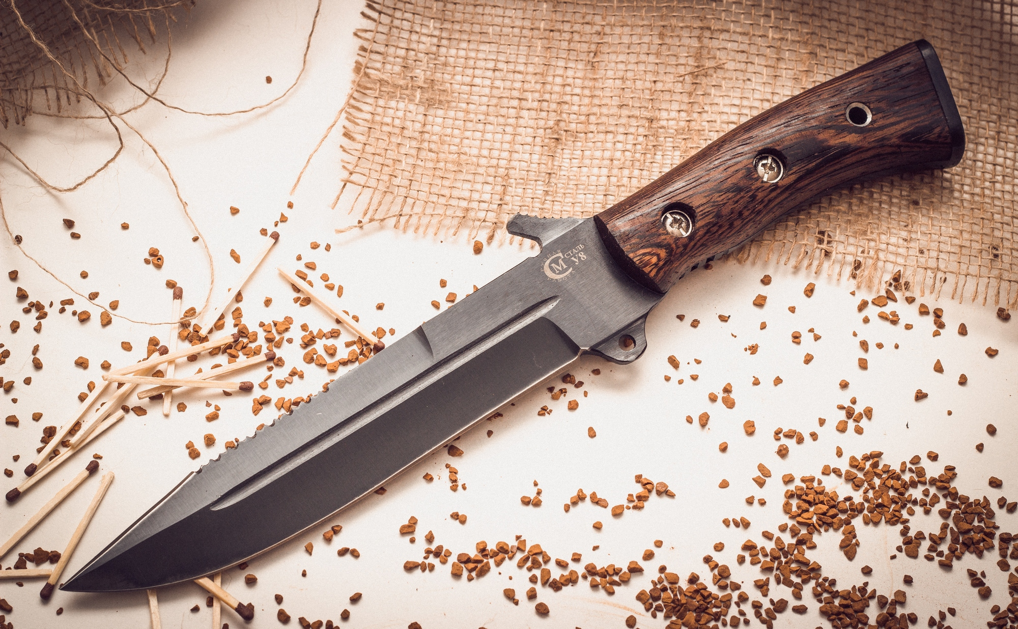 Нож для выживания «Смерч» У8Ножи Ворсма<br>Клинок этого туристического ножа, изготовленный из прочного сплава. На нем есть дол, увеличивающий прочность и твердость клинка. Больше функциональных возможностей боевой нож ИП Семина Смерч У8 получает благодаря наличию пилы на обузе. Предусмотрен также и упор для большого пальца. Рукоятка из твердой древесины венге устойчива к повреждениям. Для обеспечения максимальной надежности накладки рукоятки закреплены винтовым соединением. Нож с антибликовым покрытием поставляется в комплекте с удобными ножнами из кожи. Нож для выживания Смерч У8 – это залог Вашей уверенности в длинном одиночном походе.<br>