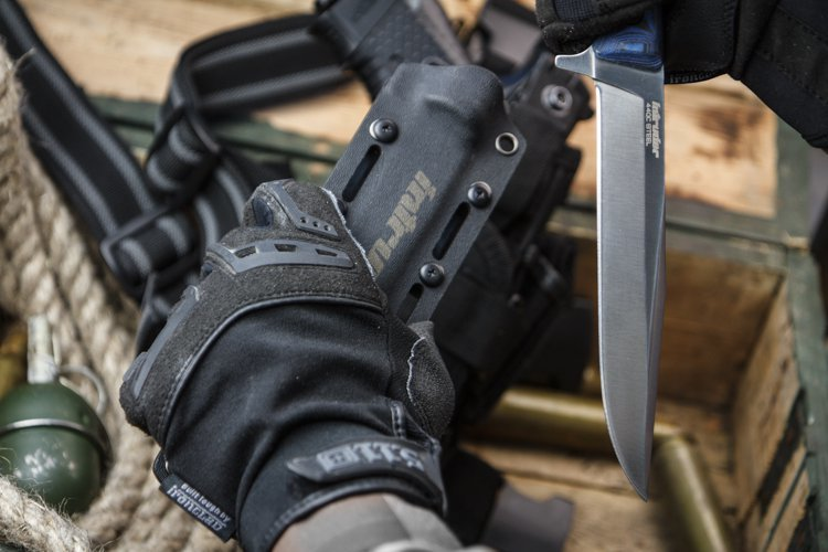 Тактический нож Intruder 440C DSW , КизлярНожи Кизляр<br>Тактический нож Intruder 440C DSW (GrayStoneWash, Микарта).<br>Дерзкое название ножа говорит само за себя. В этом клинке получилось объединить агрессивность, грацию и прекрасные рабочие качества.<br>В разработке ножа Intruder участвовало сообщество русскоязычного ножевого форума rusknife.com, в т. ч. А.А. Мак (почетный работник промышленности вооружений, коллекционер и исследователь короткоклинкового оружия, автор книг по армейским ножам и холодному оружию) и Д. E. Самсоненко (подполковник МВД в отставке, эксперт по ножам).<br>Рукоять очень плотно ложится в руку, дает хорошее сцепление с ладонью. Упор не позволит пальцам соскользнуть на режущую кромку даже при самой серьезной нагрузке.<br>Прямые спуски и сбалансированная нержавеющая сталь 440С, обеспечивают клинку надежность и неприхотливость.<br>Легкий сверхпрочный чехол оснащен многопозиционной клипсой, совместим с системой крепления MOLLE.<br>Сталь 440С признана одной из наиболее подходящих для современных высококачественных ножей, широко используется в изготовленных в США ножах. Современная сталь известная своей высокой коррозионной стойкостью, высокой износостойкостью и твердостными характеристиками по сравнению со всеми нержавеющими легированными сталями, способна к термообработке до 60 Роквеллов. Позволяет добиться гладкого и бритвенно-острого лезвия.<br>Нож имеет цельную конструкцию full-tang, при которой хвостовик повторяет контур рукояти, значительно более надежную, чем ножи с укороченным хвостовиком.<br>Чехол Intruder производится из Кайдекса - листового термопластичного материала из акрило-поливинилхлоридного сплава, изобретенного в США в 1965 году. Материал комбинирует положительные свойства акрила - жесткость и способность к формовке и поливинилхлорида - непревзойденную прочность и стойкость к внешним химическим и механическим воздействиям.<br>Несмотря на то, что по субъективным ощущениям Kydex немного похож на мягкую пластмассу, это совершенно д