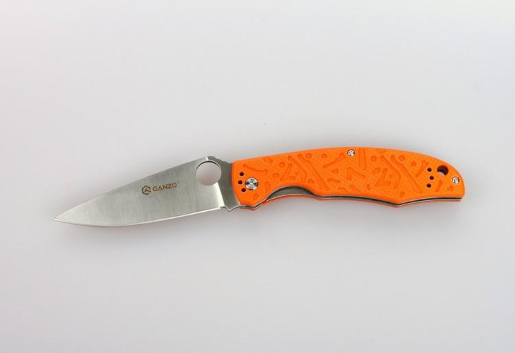 Складной нож Ganzo G7321, оранжевыйРаскладные ножи<br>Для рыбаков, туристов, охотников, спортсменов-экстремалов и многих других пользователей компания Ganzo выпустила модель складного ножа Ganzo G7321. Стольширокая аудитория объясняется тем, что нож действительно получился очень практичным и надежным. Для него мастера ножевой индустрии использовали уже проверенные материалы и технологии, а также разработали стильный дизайн. Эта модель справится с любыми порученными ей работами по благоустройству кемпинга, приготовления пищи на костре, с выполнением подсобных работ.<br>Металл, который используется для ножа Ganzo G7321 — это нержавеющая сталь 440С. Из своей группы сплавов она наиболее качественная и может похвастать сбалансированностью таких качеств, как твердость (в данном случае, порядка 58 ед.), простота заточки, сопротивляемость коррозии. Конечно, нож из такой стали нуждается в уходе, но для него достаточно минимального внимания со стороны владельца, чтобы оставаться таким же острым и хорошо отшлифованным, как и сразу же из коробки. Лезвие ножа имеет гладкую режущую кромку, которую легко подновить при помощи самой простой точилки. Толщина клинка в самой широкой части равна 3,3 мм. А его полная длина достигает 9,5 см. С приближением к рукоятке клинок существенно расширяется. На этом участке расположено круглое отверстие, которое служит для открывания сложенного ножа. Чехол для хранения Ganzo G7321 не требуется, поскольку лезвие скрыто внутри рукоятки. Впрочем, этот аксессуар каждый пользователь может приобрести отдельно по собственному желанию. Чтобы нож не открылся, когда этого не требуется, в него встроен замок под названием Liner-Lock. Несмотря на свою простую конструкцию, этот замок получил статус одного из наиболее надежных.<br>Сделан по аналогузнаменитогоножа Spyderco.<br>Особенности:<br><br>карманная модель;<br>нержавеющая сталь с высокой твердостью (марка 440С);<br>ровно заточенное лезвие;<br>клинок длиною 95 мм;<br>рукоятка из композитного пластика G10;<br
