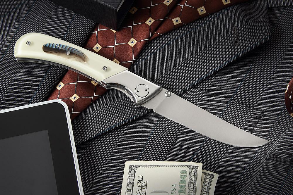 Складной нож WHITE GENTLEMANРаскладные ножи<br>По будням ваша одежда - белоснежная рубашка с отложным воротничком. По выходным - удобные теннисные брюки и рубашка-поло. Если по какой-то причине у вас при себе нет классического складного ножа, значит «White gentleman» компании Mr.Blade ждет вас на полке нашего магазина. Стильный и гармоничный нож для современного денди. В этом ноже переплелись: блеск нержавеющей стали, накладки цвета кипяченого молока и острый клинок с взлетающим кончиком. Апельсин очищенный таким ножом приобретает особенный вкус.Характеристики:Сталь X50CrMoVI5 Твердость стали 56-57 HRCРукоять AcrylicФорма клинка: Trailing PointОбщая длина: 220 мм.Длина клинка: 110 мм.Ширина клинка: 19 мм.Толщина клинка: 3 мм.Вес: 208 г<br>