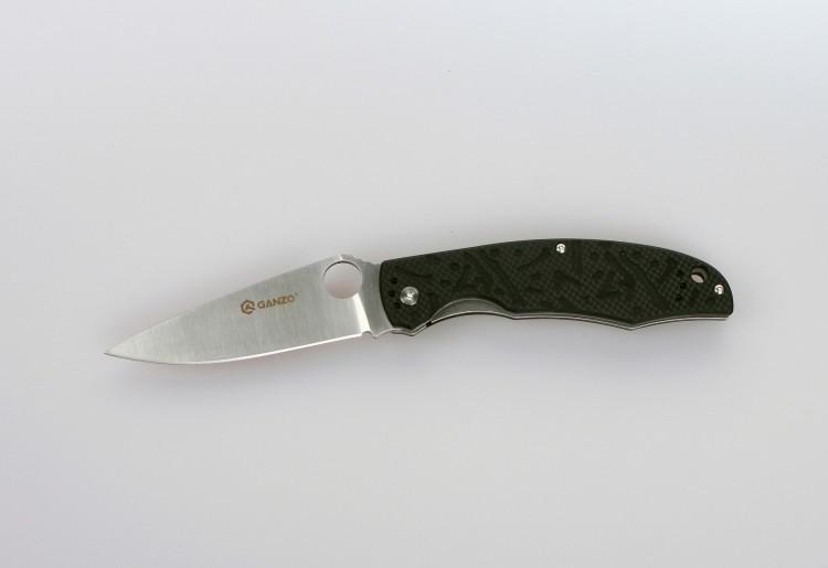 Складной нож Ganzo G7321, черныйРаскладные ножи<br>Для рыбаков, туристов, охотников, спортсменов-экстремалов и многих других пользователей компания Ganzo выпустила модель складного ножа Ganzo G7321. Стольширокая аудитория объясняется тем, что нож действительно получился очень практичным и надежным. Для него мастера ножевой индустрии использовали уже проверенные материалы и технологии, а также разработали стильный дизайн. Эта модель справится с любыми порученными ей работами по благоустройству кемпинга, приготовления пищи на костре, с выполнением подсобных работ.<br>Металл, который используется для ножа Ganzo G7321 — это нержавеющая сталь 440С. Из своей группы сплавов она наиболее качественная и может похвастать сбалансированностью таких качеств, как твердость (в данном случае, порядка 58 ед.), простота заточки, сопротивляемость коррозии. Конечно, нож из такой стали нуждается в уходе, но для него достаточно минимального внимания со стороны владельца, чтобы оставаться таким же острым и хорошо отшлифованным, как и сразу же из коробки. Лезвие ножа имеет гладкую режущую кромку, которую легко подновить при помощи самой простой точилки. Толщина клинка в самой широкой части равна 3,3 мм. А его полная длина достигает 9,5 см. С приближением к рукоятке клинок существенно расширяется. На этом участке расположено круглое отверстие, которое служит для открывания сложенного ножа. Чехол для хранения Ganzo G7321 не требуется, поскольку лезвие скрыто внутри рукоятки. Впрочем, этот аксессуар каждый пользователь может приобрести отдельно по собственному желанию. Чтобы нож не открылся, когда этого не требуется, в него встроен замок под названием Liner-Lock. Несмотря на свою простую конструкцию, этот замок получил статус одного из наиболее надежных.<br>Сделан по аналогузнаменитогоножа Spyderco.<br>Особенности:<br><br>карманная модель;<br>нержавеющая сталь с высокой твердостью (марка 440С);<br>ровно заточенное лезвие;<br>клинок длиною 95 мм;<br>рукоятка из композитного пластика G10;<br>но