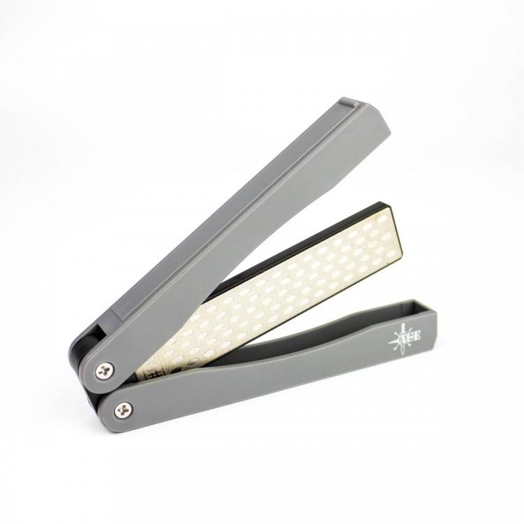 Алмазная точилка ACE ASH105Карманные точилки<br>Точилка Ace Folder Diamond Knife Sharpener создана специально для туристов и всех других любителей проводить свое свободное время на природе. Она компактная эффективная, удобная в использовании. Непосредственно точильный камень представляет собою брусок длиною 10 см и шириною 2 см. С обеих сторон на него гальваническим методом нанесено наиболее стойкое алмазное покрытие. Его зернистость с одной из сторон составляет 360 грит, что подходит для использования во время грубой начальной заточки сильно затупившегося лезвия. С обратной стороны, зернистость точильного камня составляет 600 грит и подходит для выполнения основных работ по заточке. При этом, важно, что пользователь может самостоятельно выбрать, под каким углом затачивать свой нож, поэтому данная модель подходит для клинков абсолютно любого назначения: от филейных, до охотничьих. Помимо того, с помощью Ace Folder Diamond Knife Sharpener можно заточить ножницы или некоторые другие инструменты. Нож после заточки рекомендуется промыть в воде и вытереть насухо, а точильный камень протереть мягкой щеткой.<br>Ручки точилки одновременно служат и надежным чехлом для хранения этого инструмента, защищая точильный камень от любой грязи или механического повреждения. Они полые изнутри и точилка складывается по тому же принципу, что и мультитулы.<br>Особенности:<br><br>удобная складная конструкция;<br>алмазное покрытие;<br>два уровня зернистости рабочего элемента;<br>возможность провести заточку под нужным углом;<br>используется для заточки ножей и ножниц.<br><br>Гарантия: Гарантия на точилки Ace Folder Diamond Knife Sharpener составляет год с даты их приобретения.<br>