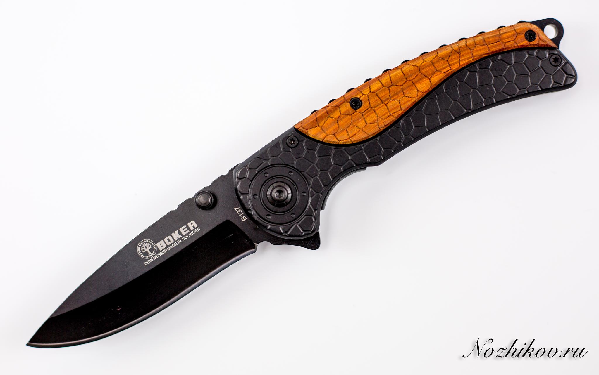 Складной нож Boker B137BРаскладные ножи<br>Компактный EDC фолдер для регулярного использования в городских условиях. К особенностям этой модели стоит отнести автоматическое открывание клинка. Нож оснащен удобной и прочной клипсой, которая позволяет носить нож в кармане, не беспокоясь о его потере. Продуманная рукоятка позволяет уверенно удерживать нож тактическим хватом, что позволяет использовать нож для целей самообороны. Клинок ножа изготовлен из нержавеющей стали и покрыт антибликовым покрытием. Нож также можно использовать дополнительно ножа во время выездов на природу.<br>