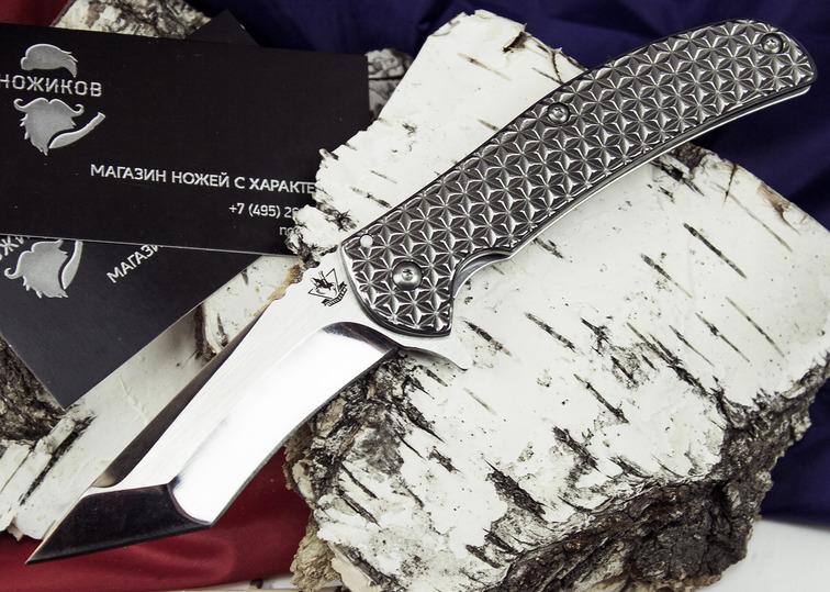 Складной нож TWS03Раскладные ножи<br>Эта модель ножа понравится ценителям стильных мужских аксессуаров. Клинок и рукоять данной модели выполнены их нержавеющей стали. Нож уверенно сидит в руке и создает приятную тяжесть в кармане в процессе носки. Большой, настоящий, мужской. Среди интересных особенностей стоит выделить: клинок тантоидного типа, насечку на обухе и замок фрейм-лок. Клинок-танто обеспечивает рез в двух плоскостях. Нож может работать по продуктам, а также по твердым материалам. Насечка на обухе обеспечивает уверенный тактический хват. Замок фрейм-лок хорош тем, что при удержании ножа в руке, пружина дополнительно фиксируется рукой.<br>