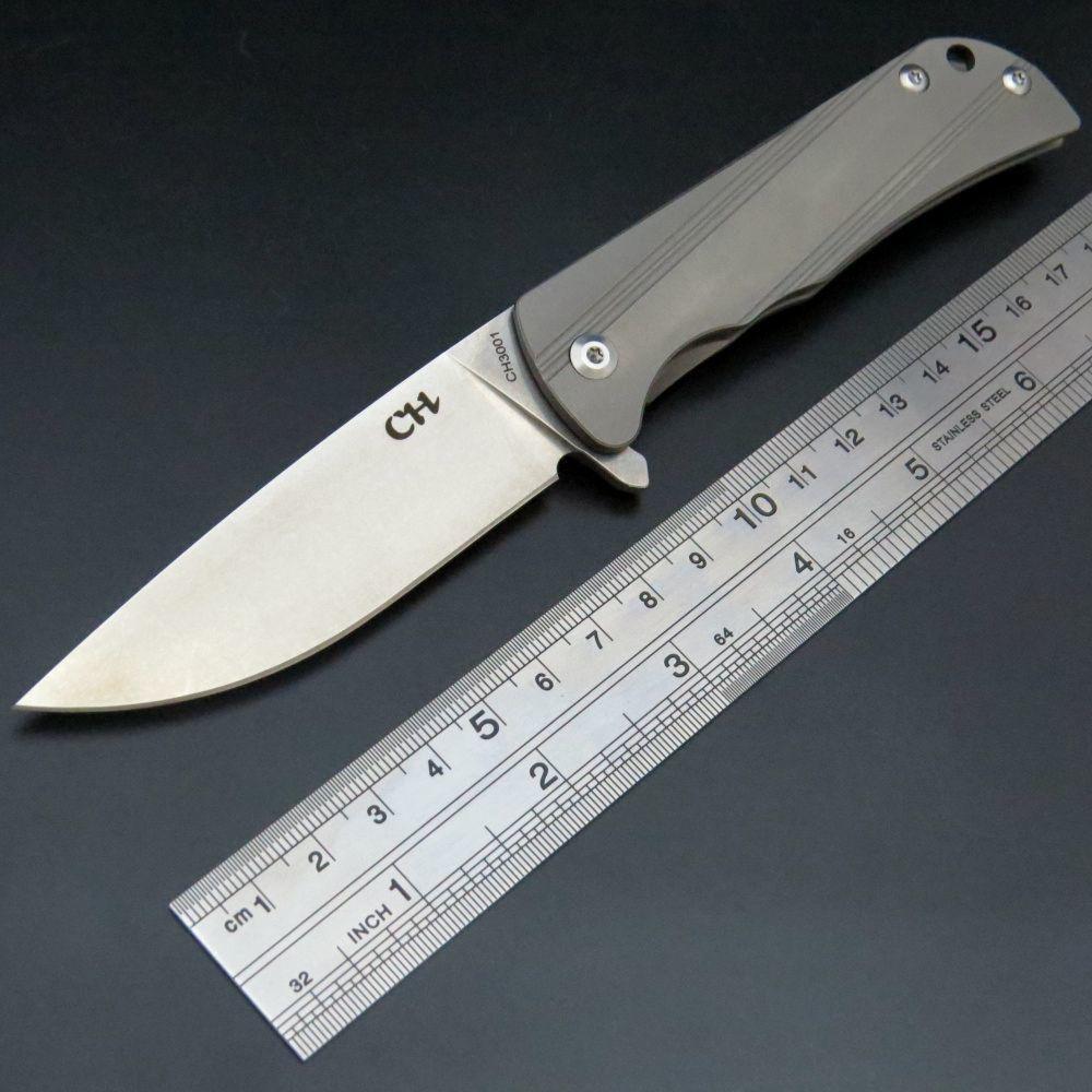 Складной нож CH3001 Silver, сталь D2Раскладные ножи<br>Обычно ножи из таких материалов имеют высокую стоимость. Однако представители этого китайского бренда поставляют на российский рынок вполне бюджетные варианты. Этот нож один из таких вариантов. Клинок классического типа отлично приспособлен для решения повседневных задач: вскрывание конвертов с корреспонденцией, отрезание ниток с одежды и приготовление бутербродов. Тонкие плашки из титанового сплава обеспечивают ножу минимальный вес и комфорт при постоянном ношении в кармане брюк.<br>