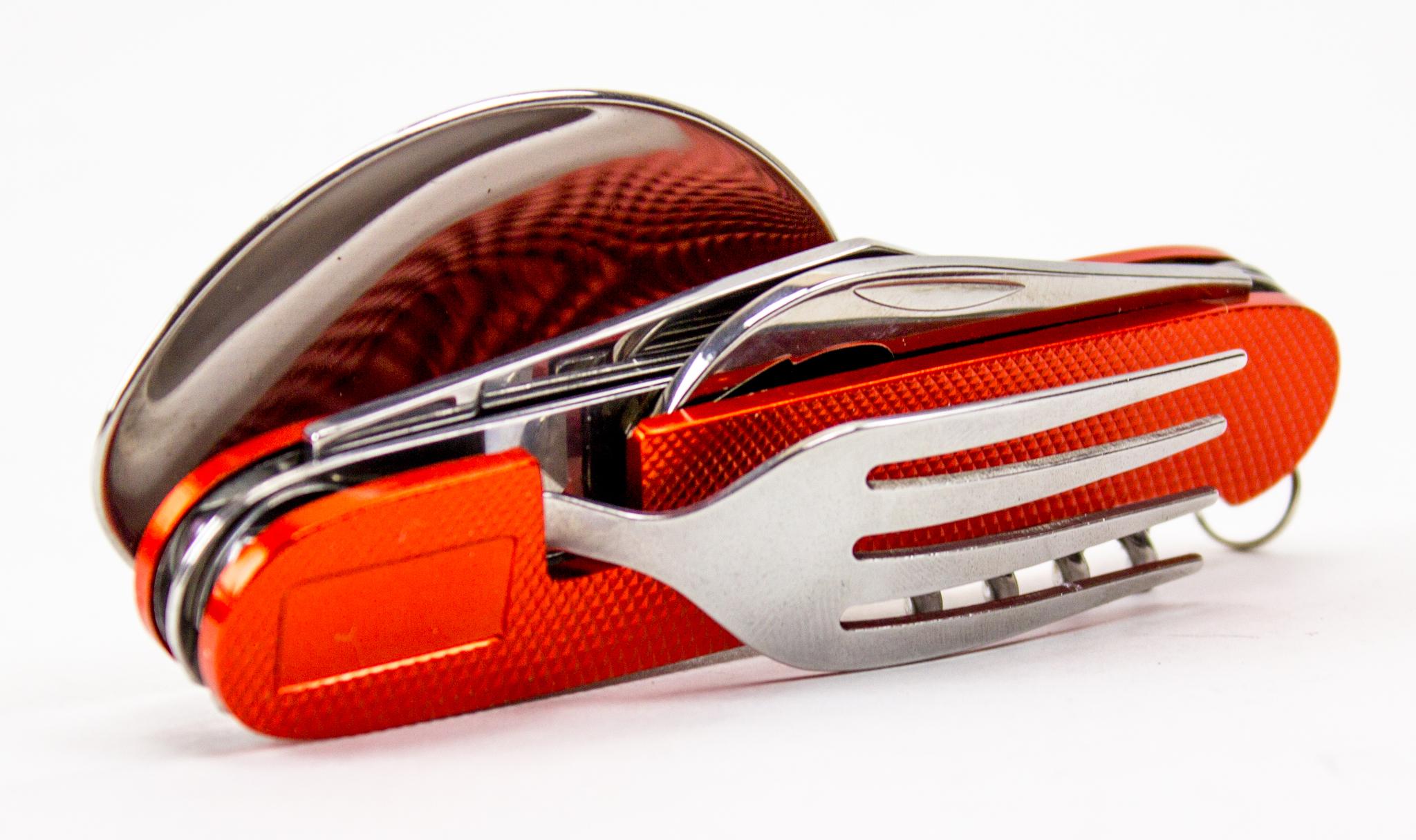 Походный нож 6-в-1, оранжевыйРаскладные ножи<br>Длина клинка: 73 ммТолщина лезвия: 2,5 ммОбщая длина: 110 ммМатериал рукояти: СтальСталь: 420Количество лезвий: 6<br>Комплектуется: ножом, ложкой, вилкой, открывалкой, консервным ножом, штопором. Для удобства использования разделяется на 2 части.<br>