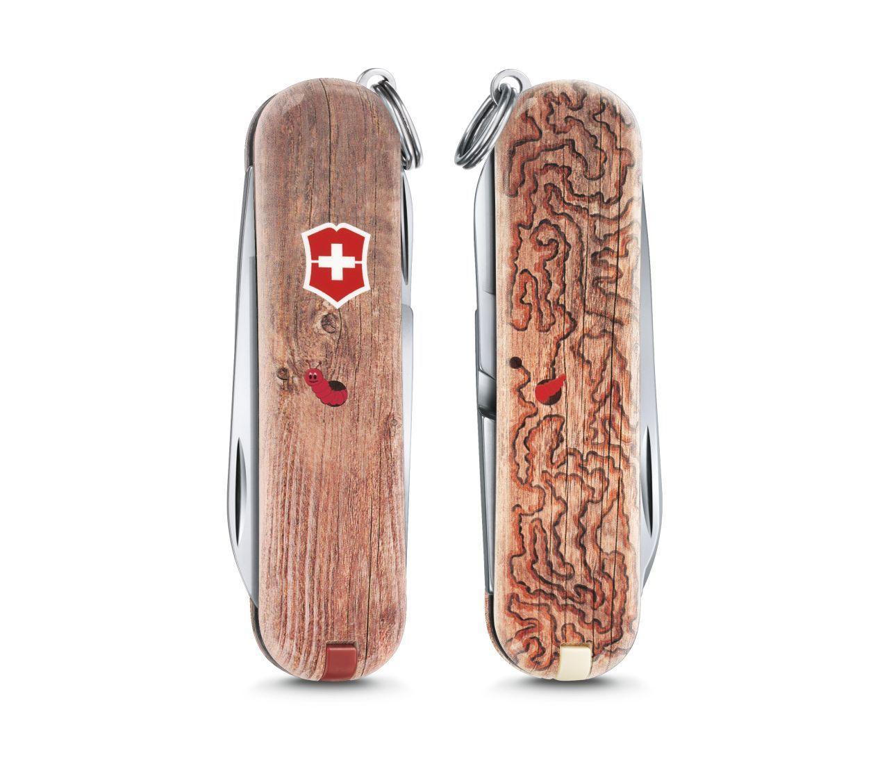 Складной нож Victorinox Classic limited edition 2017 Woodworm (0.6223.L1706) 58мм 7функций деревоШвейцарские армейские ножи Victorinox<br>Материал: высококачественная нержавеющая стальРукоять: глянцевый нейлонВес: 26.1г.<br>ФУНКЦИИ:<br><br>лезвие<br>ножницы<br>пилочка для ногтей с<br>отверткой 2.5 мм<br>кольцо для подвеса<br>зубочистка<br>пинцет<br>