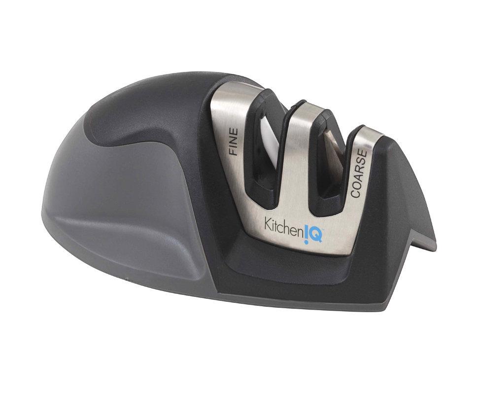 Точилка механическая для ножей KitchenIQСтанки для заточки<br>Механическая точилка KitchenIQ 50044 – компактный и удобный инструмент, который идеально подходит как для обычных, так и для серрейтированных ножей. Эта двухступенчатая точилка имеет очень небольшой вес, она легко переносима и проста в использовании как на абсолютно ровной поверхности, так и на углу столешницы.<br>Карбидные лезвия и скрещенные керамические стержни имеют заданные углы заточки, которые обеспечивают правильное положение ножа при каждом использовании. Карбидные лезвия (стадия грубой заточки) обеспечивают быструю правку режущего края, а керамические стержни (стадия доводки) используются для окончательного доведения лезвия до оптимального состояния. Эти два этапа дают возможность создать острую, как лезвие бритвы, кромку даже у очень тупых или поврежденных ножей и подправить уже острые лезвия.<br>Характеристики:Угол заточки: 20Количество этапов заточки: 2Стадия заточки: ЕстьСтадия доводки: ЕстьТип абразивного покрытия Карбид и КерамикаРекомендована для: Серрейтированные ножи и Европейские ножи (с углом 20 градусов)Цвет Черный.<br>