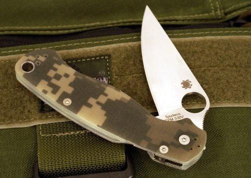 Складной нож Spyderco Para Military 2 CamoРаскладные ножи<br>Модель SPYDERCO PARA MILITARY 2 CAMO несет на себе оттенки последних ножевых тенденций. Накладки рукояти выполнены из полупрозрачного тактического стеклотекстолита и окрашены в цвет «диджитал камуфляж». Клинок ножа изготовлен из ламинированной стали, которая обладает высокой прочностью. Геометрия клинка рассчитана на выполнение широкого спектра задач. В разложенном состоянии, клинок фиксируется с помощью мощного замка собственной разработки. В процессе работы, лайнер замка дополнительно фиксируется рукой — произвольное складывание ножа исключено.<br>