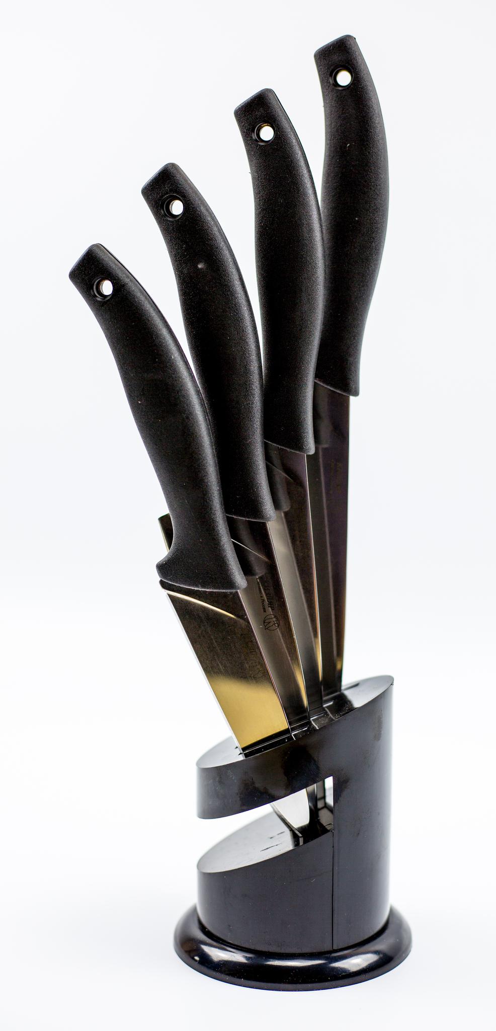 Набор кухонных ножей Квартет, с подставкойНожи Кизляр<br>Полная длина 290/260/250/220Длина клинка 165/135/125/95Толщина клинка 1,5+-0,5Твердость клинка 52-57 HRCШирина клинка 35/22/35/20РУКОЯТЬ ElastronGСТАЛЬ AUS-8Заточка клиноваяПодставка Пластик<br>