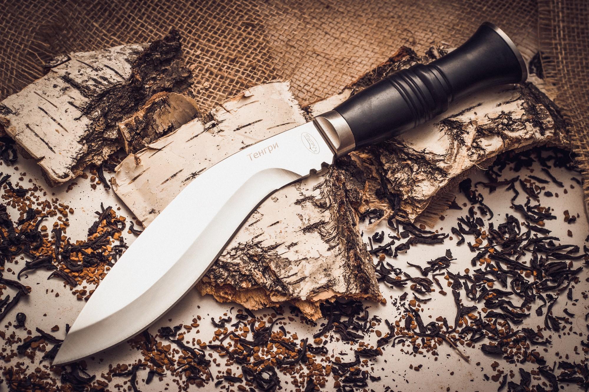 Нож Кукри ТенгриViking Nordway<br>Нож Кукри Тенгри – одна из разновидностей мачете, отличается серповидной формой клинка. Такой инструмент легко справится со многими задачами: им удобно рубить ветки и небольшие деревья, резать веревки и даже шинковать овощи. К тому же кукри является действенным средством самообороны. Нож-мачете КукриТенгри изготовлен из низкоуглеродистой 420 стали, благодаря чему имеет высокую стойкость к коррозии. Клинок затачивается без проблем, однако требует частой правки. Изделие комплектуется удобным чехлом из кожзаменителя.<br>