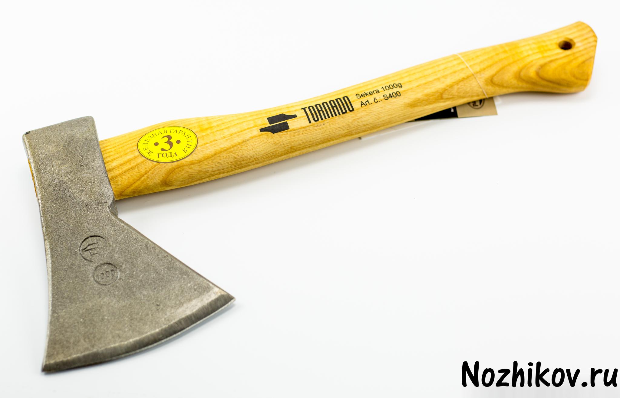Универсальный одноручный топор S360Ножи по видам стали<br>Головка кованная, сделана из инструментальной кованой стали СК 45. Зона лезвия закалена на глубину 10 мм до прочности 52 - 53 единицы. Топорище из ясеня.Уникальная технология крепления рабочей части и топорища (клин + 2 металлических втулки).Защитный чехол для лезвия.<br>Вес насадки -600 гДлина рукоятки - 360 мм<br>Топорик сделан в Словакии.Произведено по европейскому стандарту качества.<br>