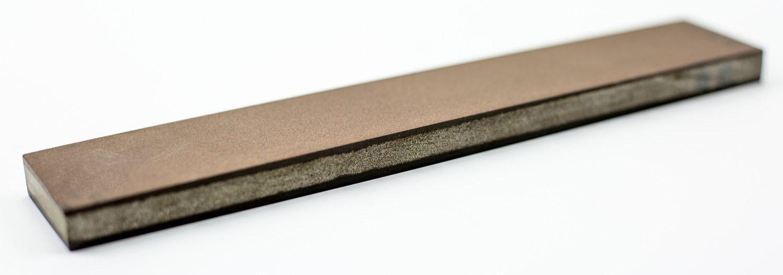 Алмазный Брусок 200х35х10, зерно 20х14-7х5Бруски и камни<br>Алмазный брусок 200х35х10, зерно 20х14-7х5 – специальный камень для профессиональной заточки и доводки ножевых изделий. Выполнен в двустороннем формате, удобен для ручного использования. Поскольку алмаз является лучшим абразивом из всех существующих, он способен справляться со сталью высоких уровней твердости. Веневский алмазный брусок для заточки ножей изготовлен на мягкой органичной связке. Это дает ему преимущество перед «собратьями»: работая более мягко, он не создает микродефектов и сколов. Алмазный двухсторонний брусок 200 мм осуществляет быструю и эффективную заточку. Если вам нужен универсальный инструмент, который бы подошел для работы с клинками из различных марок стали, рекомендуем купить алмазный брусок Веневского завода.<br>Производство - Россия (Веневский завод алмазных инструментов)<br>
