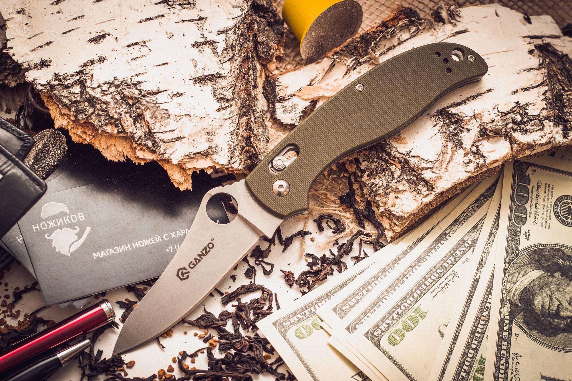 Складной нож Ganzo G733, зеленыйРаскладные ножи<br>Ganzo G733 занял достойное место в обширном семействе складных ножей этого бренда. Производители снабдили его всем необходимым, чтобы этот нож прекрасно служил во время отдыха на природе и был полезен в городских условиях. Для лезвия производители избрали сталь 440С из категории нержавеющих сплавов. Она считается лучшей в своей серии, поскольку уравновешивает наиболее важные для ножевого металла характеристики. Сталь переносит контакты с водой, не ржавея, но в ней содержится достаточно много углерода, чтобы твердость закалки можно было довести до 58 HRC. Поэтому ножи из нее достаточно долго не затупляются. Ganzo G733 гладко заточен, а потому для ухода за ним подойдет практически любая карманная или стационарная точилка. Поверхность клинка обработана популярным в настоящее время методом Stone Wash. В результате, лезвие становится практически матовым, хотя и отражает некоторые солнечные лучи. Но важно, что мелкие дефекты, такие как царапины, на его поверхности гораздо менее заметны.<br>Для рукоятки также задействованы современные материалы. Это G10 – пластик с композитной структурой, который гораздо прочнее других разновидностей пластика. Чтобы рукоятка ножа удобно лежала в руке, ей придали форму, повторяющую очертания сжатой ладони. А поверхность пластика — с накаткой, которая препятствует проскальзыванию во влажных руках. На одной из сторон, зафиксирована клипса из стали, которая служит для страховочного крепления ножа во время его переноски. С этой же целью, в рукоятку можно продеть темляк.<br>Сделан по аналогузнаменитогоножа Spyderco.<br>