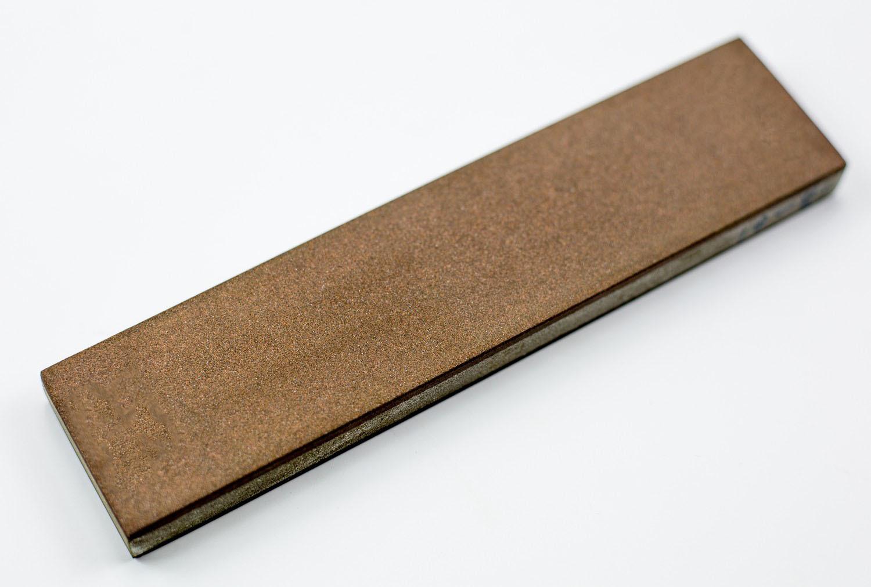 Алмазный Брусок 150х35х10, зерно 160х125-125x100Бруски и камни<br>Для поддержания режущей кромки ножа в рабочем состоянии, требуется совсем немного - спокойна и вдумчивая заточка ножа на алмазном бруске, который имеет две типа зернистости: средний и финишный. Если эту операцию проводить регулярно, не допуская большого износа клинка, то все ваше ножевое хозяйство будет в полном порядке. Для такой простой и приятной процедуры мы рекомендуем приобрести алмазный двухсторонний брусок. Преимущество использования алмазных брусков заключается в том, что они не требуют наведения суспензии. Достаточно лишь поддерживать поверхность бруска во влажном состоянии.<br>