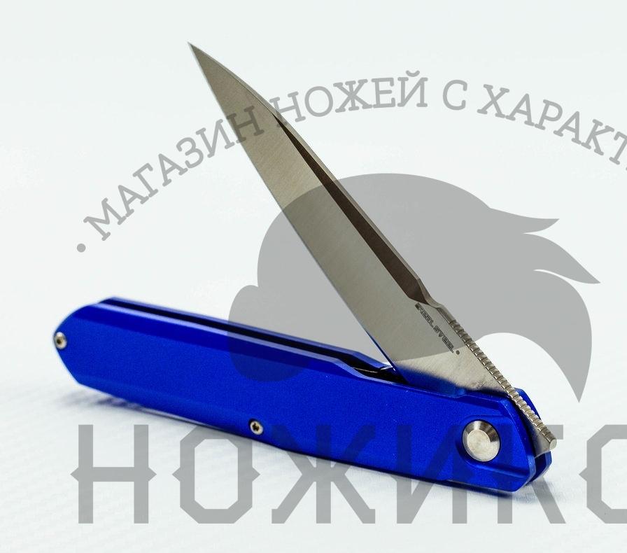 Складной нож Metamorph Intense blueРаскладные ножи<br>Перед Вами оригинальный складной нож Metamorph Intense blue, который наверняка придется по душе ценителям стильного минимализма и безупречного качества. Внутри легкой полой ручки из алюминия скрывается практичный раскладной клинок, способный без проблем разделаться с картоном, мягкой древесиной, тканью и даже плотной кожей. Нож с синей ручкой оснащен износоустойчивым лезвием с длинным спуском из специальной стали Sandvik 14C28N, обеспечивающим отменную остроту режущей кромки и высокую жесткость самого клинка. Суммарный вес ножа всего 75 грамм, что делает его наиболее практичным в карманной носке.<br>Материал лезвия: Sandvik 14C28NТвердость: 57-58 HRСОбщая длина: 207 ммДлина клинка: 90 ммТолщина клинка: 3.05 ммширина клинка наибольшая: 18ммМатериал ручки: алюминийтип замка: liner lock<br>