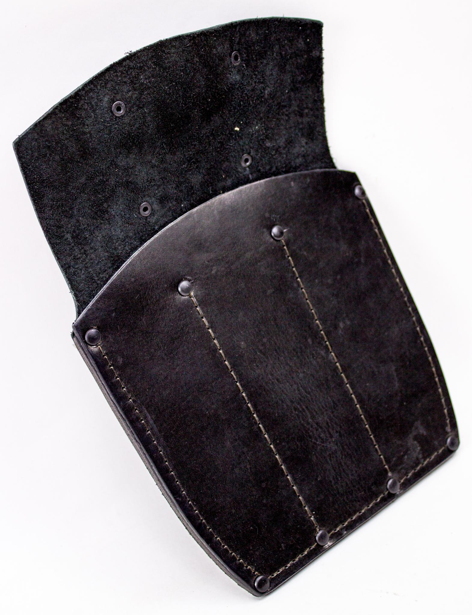 Ножны-чехол для 3-х метательных ножей кожаные, черныеМеталлист<br>Ножны-чехол предназначены для удобного хранения, транспортировки, а также, использования метательных ножей. Для изготовления применена натуральная плотная кожа толщиной 3,5 миллиметра, обладающая отличными эксплуатационными свойствами. Данный материал является износостойким и долговечным. Все швы усилены металлическими заклепками. Чехол разделен на равные секции, предназначенные для 3-х метательных ножей. Максимальная глубина каждого отделения составляет 18 сантиметров. Оборотная сторона ножен оборудована специальными петлями для удобного ношения на ремне.<br>