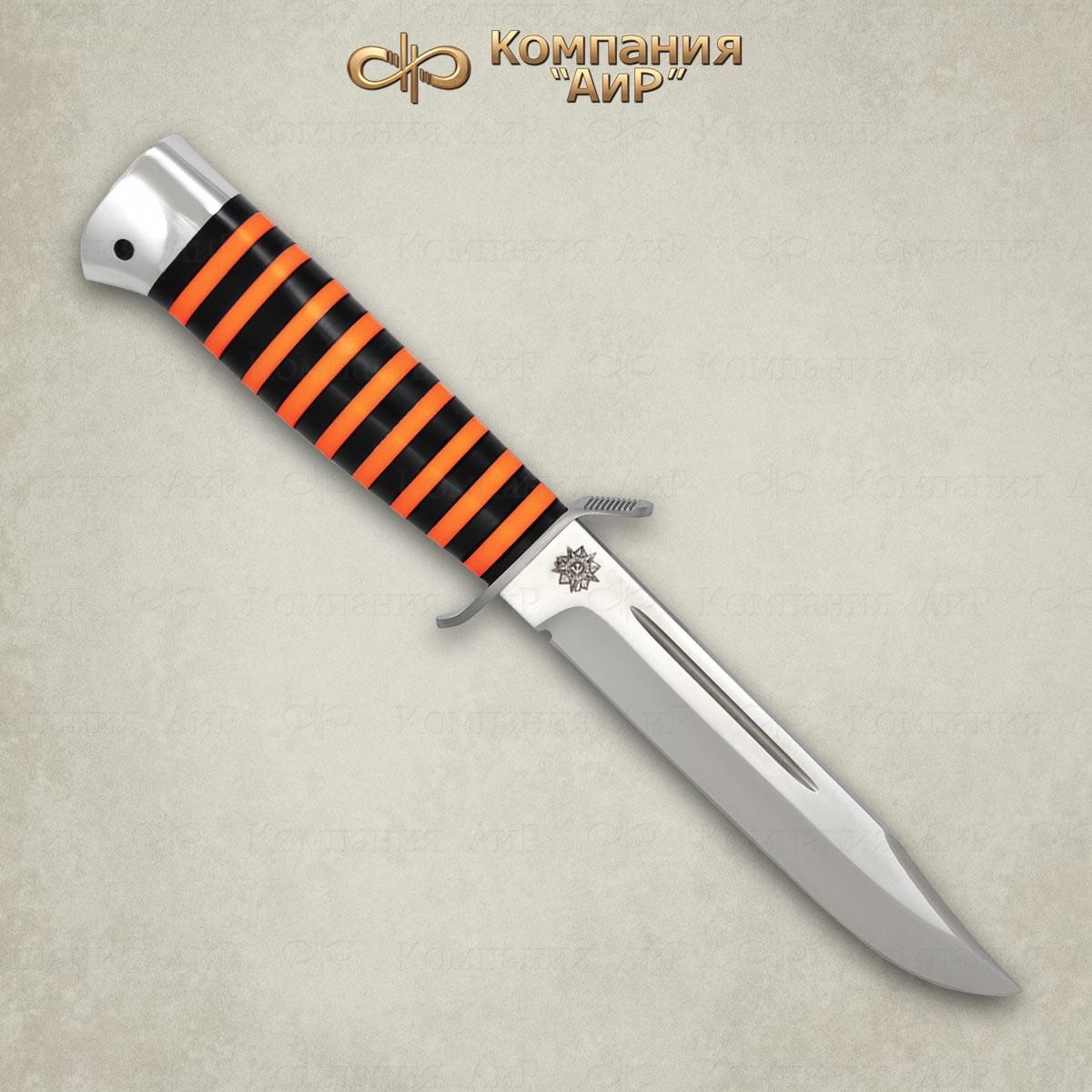 Нож Штрафбат, оргстекло, 95х18Тактические ножи<br>Универсальный, очень легкий средней величины нож с развитой стальной гардой классического типа. Нож прекрасно сбалансирован. Неширокий клинок толщиной 2,4 мм, с обушком популярной формы «лещиком», имеет вогнутые линзовидные спуски на половину ширины клинка, образующие прекрасно режущее лезвие. На голомени с обеих сторон клинка выбраны узкие долы, добавляющие жесткости клинку. Небольшая эргономичная рукоять на удивление хорошо ложится даже в большую ладонь. А расширенная головка рукояти хорошо способствует этому. Монтаж клинка сквозной, неразборный. Прототипом ножа является «нож разведчика» образца 1940 г. Заслуженно пользуется популярностью у широкого круга покупателей.<br>В комплекте:<br><br>кожаные ножны<br>сертификат соответствия о том, что нож не является холодным оружием<br>паспорт изделия<br>мягкий текстильный кейс с логотипом компании<br>