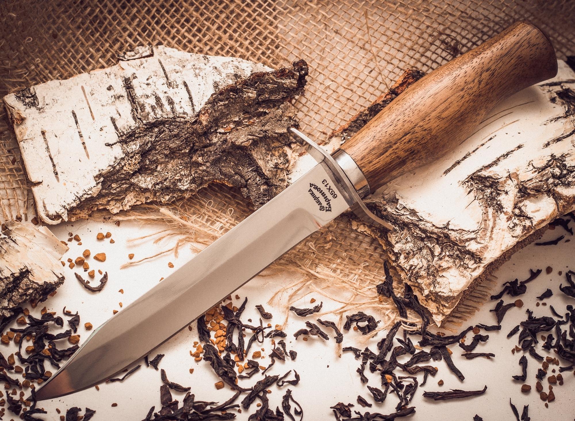 Нож разведчика, Фабрика БариноваНожи разведчика НР, Финки НКВД<br>Этот нож сочетает в себе отличительные особенности финских и русских северных ножей. Удобная рукоять рассчитана на уверенное удержание как большой, так и маленькой ладонью. Гарда-ограничитель повышает безопасность при использовании ножа в полевых условиях. Длинный и острый клинок, имеет скос на обухе, что повышает эффективность ножа при совершении колющих ударов. Высокие спуски и тонкий подвод обеспечивают максимально острую режущую кромку.<br>
