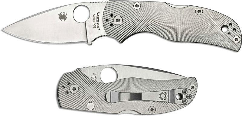 Складной нож Spyderco Native 5 TitaniumSpyderco<br>Компания Спайдерко создала новый тип джентльменских костюмных ножей. Модель SPYDERCO NATIVE 5 TITANIUM относится именно к этому типу. Нож имеет небольшой, но широкий клинок. Нож имеет бритвенный рез, но при этом подходит для выполнения силовой работы. Плашки рукояти изготовлены из титанового сплава. На плашки нанесено геометрическое рифление в виде расходящихся в разные стороны линий. Нож имеет стильный и брутальный вид. Для крепления ножа на кармане используется надежная металлическая клипса.<br>