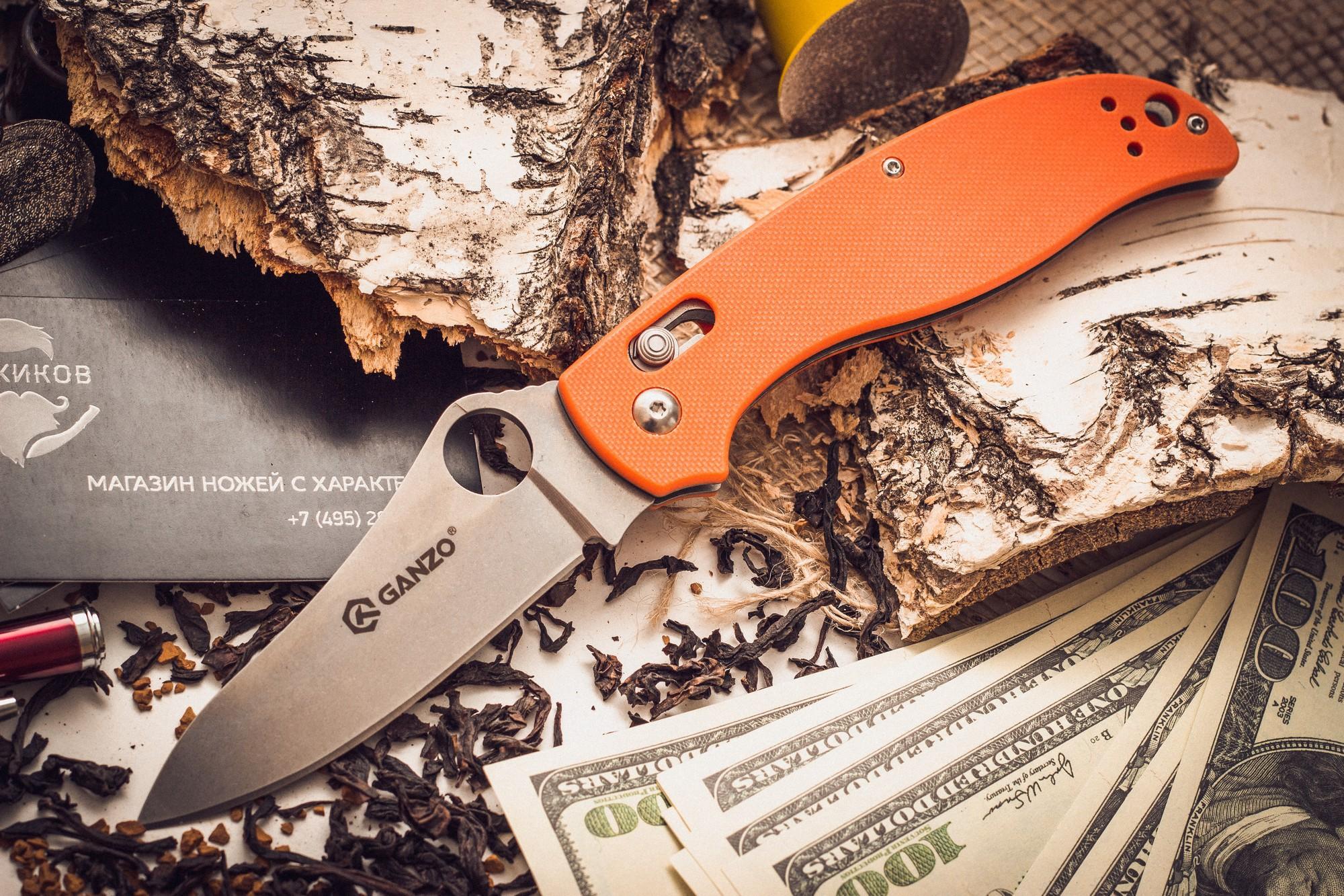 Складной нож Ganzo G733, оранжевыйРаскладные ножи<br>Ganzo G733 занял достойное место в обширном семействе складных ножей этого бренда. Производители снабдили его всем необходимым, чтобы этот нож прекрасно служил во время отдыха на природе и был полезен в городских условиях. Для лезвия производители избрали сталь 440С из категории нержавеющих сплавов. Она считается лучшей в своей серии, поскольку уравновешивает наиболее важные для ножевого металла характеристики. Сталь переносит контакты с водой, не ржавея, но в ней содержится достаточно много углерода, чтобы твердость закалки можно было довести до 58 HRC. Поэтому ножи из нее достаточно долго не затупляются. Ganzo G733 гладко заточен, а потому для ухода за ним подойдет практически любая карманная или стационарная точилка. Поверхность клинка обработана популярным в настоящее время методом Stone Wash. В результате, лезвие становится практически матовым, хотя и отражает некоторые солнечные лучи. Но важно, что мелкие дефекты, такие как царапины, на его поверхности гораздо менее заметны.<br>Для рукоятки также задействованы современные материалы. Это G10 – пластик с композитной структурой, который гораздо прочнее других разновидностей пластика. Чтобы рукоятка ножа удобно лежала в руке, ей придали форму, повторяющую очертания сжатой ладони. А поверхность пластика — с накаткой, которая препятствует проскальзыванию во влажных руках. На одной из сторон, зафиксирована клипса из стали, которая служит для страховочного крепления ножа во время его переноски. С этой же целью, в рукоятку можно продеть темляк.<br>Сделан по аналогузнаменитогоножа Spyderco.<br>