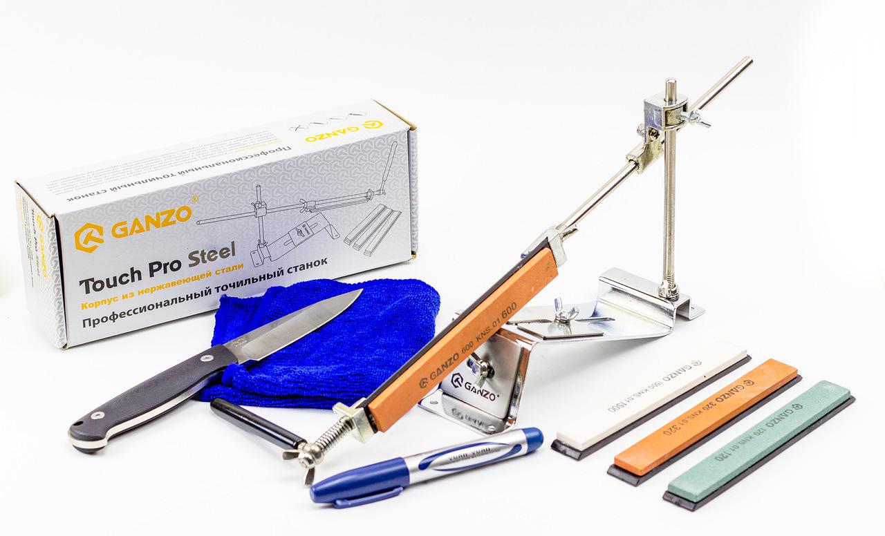 Точильный станок GANZO Touch Pro SteelСтанки для заточки<br>Точильный станок GANZO Touch Pro Steel – усовершенствованная версия предыдущих моделей Ganzo, которые являются репликами точилок фирмы Apex.– позволяет производить заточку любых ножей, начиная тонким филейным и заканчивая массивным охотничьим. Также точилка (заточка) Ganzo для ножей заострит ножницы, топоры, стамески и прочие инструменты. Благодаря продуманной конструкции направляющей, состоящей из двух металлических частей, в сложенном виде заточной станок имеет весьма компактные габариты. При затачивании нож можно закрепить прижимной пластиной, либо вручную регулировать положение и угол наклона лезвия специальной прорезиненной рукоятью. В комплект набора входит 4 точильных камня разной степени зернистости для выполнения различных действий – выправления поврежденного лезвия, заточки или финальной шлифовки.<br>Точильная система Ganzo Touch Pro Steel – это нужное приобретение для каждого представителя сильного пола, от туриста или охотника, до повара или садовода.<br>