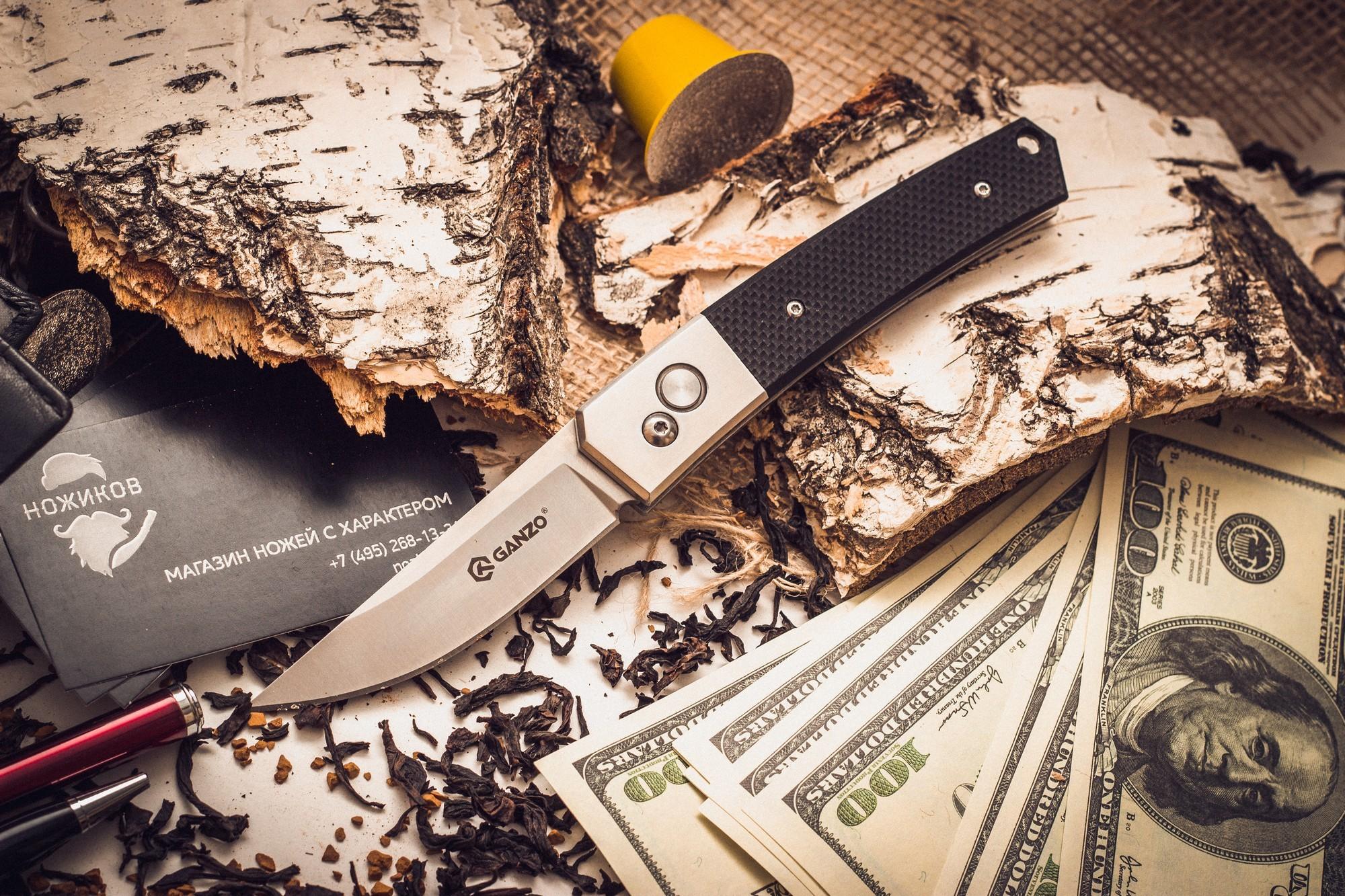 Складной нож Ganzo G7361, черныйGanzo<br>Если вам нужен универсальный вариант ножа, который подойдет и для ежедневной эксплуатации в городских условиях, и для поездок на природе, то хорошим решением будет купить Ganzo G7361. Эта модель изготовлена из надежных материалов и отличается очень сдержанным и лаконичным дизайном. Нож выглядит очень аккуратным, но способен работать практически с любыми материалами.<br>Клинок ножика сделан из стали марки 440С. Она относится к нержавеющим сплавам, но содержит достаточно большое количество углерода, чтобы металл приобрел твердость примерно 58 HRC. Такая твердость способствует тому, чтобы нож не нужно было слишком часто затачивать, но при необходимости, сделать это было бы просто при помощи обычной карманной точилки. Поверхность лезвия обработана методом шлифовки, благодаря чему она гладкая и глянцевая. Режущая кромка заточена классическим способом — гладко. Это также способствует универсальности ножа. Размер клинка равен 8 см по длине с толщиной по обуху 0,3 см.<br>