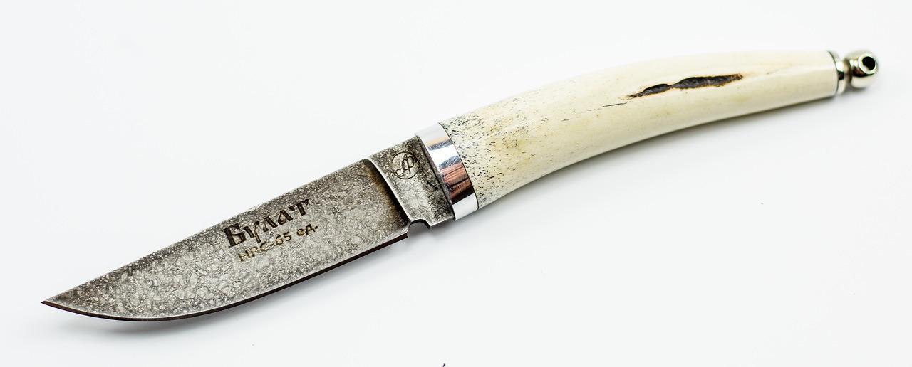 Нож Тигр малютка, литой булат БарановаНожи Ворсма<br>Нож с фиксированным клинком ТИГР МАЛЮТКА имеет компактные размеры и небольшой вес. Эта модель может служить подтверждением народной мудрости — чем опытнее охотник, тем короче нож. Стоит обратить внимание на материалы из которых выполнена эта модель. Клинок ножа изготовлен из литого булата по секретному рецепту уральских мастеров. Рукоять ножа изготовлена из рога. Сочетание этих материалов обеспечивает ножу высокую надежность и отличные рабочие характеристики. Нож комплектуется удобным кожаным чехлом с петлей для свободного подвеса. Компактные размеры позволяют использовать этот нож для ежедневного ношения в городских условиях.<br>Нож малютка ручной работы Тигр.Производитель Александр Фурсач.<br>Клинок - литой булат БарановаМатериал рукояти - рог лосяЛитье мельхиорОбщая длина, мм 185Длина клинка, мм 85-90Ширина клинка, мм 22Толщина клинка, мм 3Твердость клинка по шкале HRC 65Ножны натуральная кожаКомплектация нож, ножны, сертификат<br>