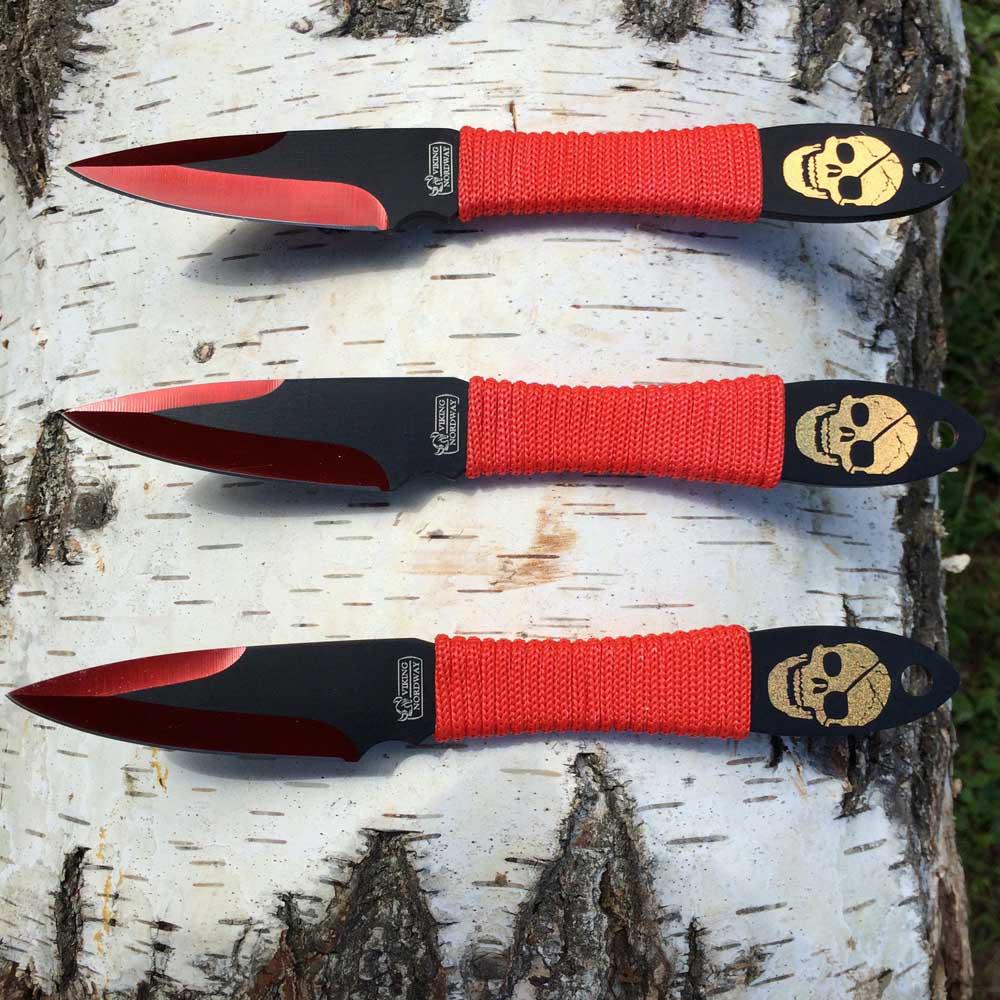Набор метательных ножей Веселый роджерViking Nordway<br>Комплект метательных ножей «Веселый Роджер» позволит получит начальные навыки метания ножей. Комплект состоит их трех ножей скелетного типа, рукоять каждого ножа обмотана синтетическим шнуром. Наличие шнура на рукояти позволяет использовать нож не только для метания, но и для выполнения обычных бытовых задач. Ножи размещаются в удобном чехе, который можно повесить на пояс. Такой набор также можно порекомендовать тем, кто планирует весело провести время на природе в компании хороших друзей.<br>