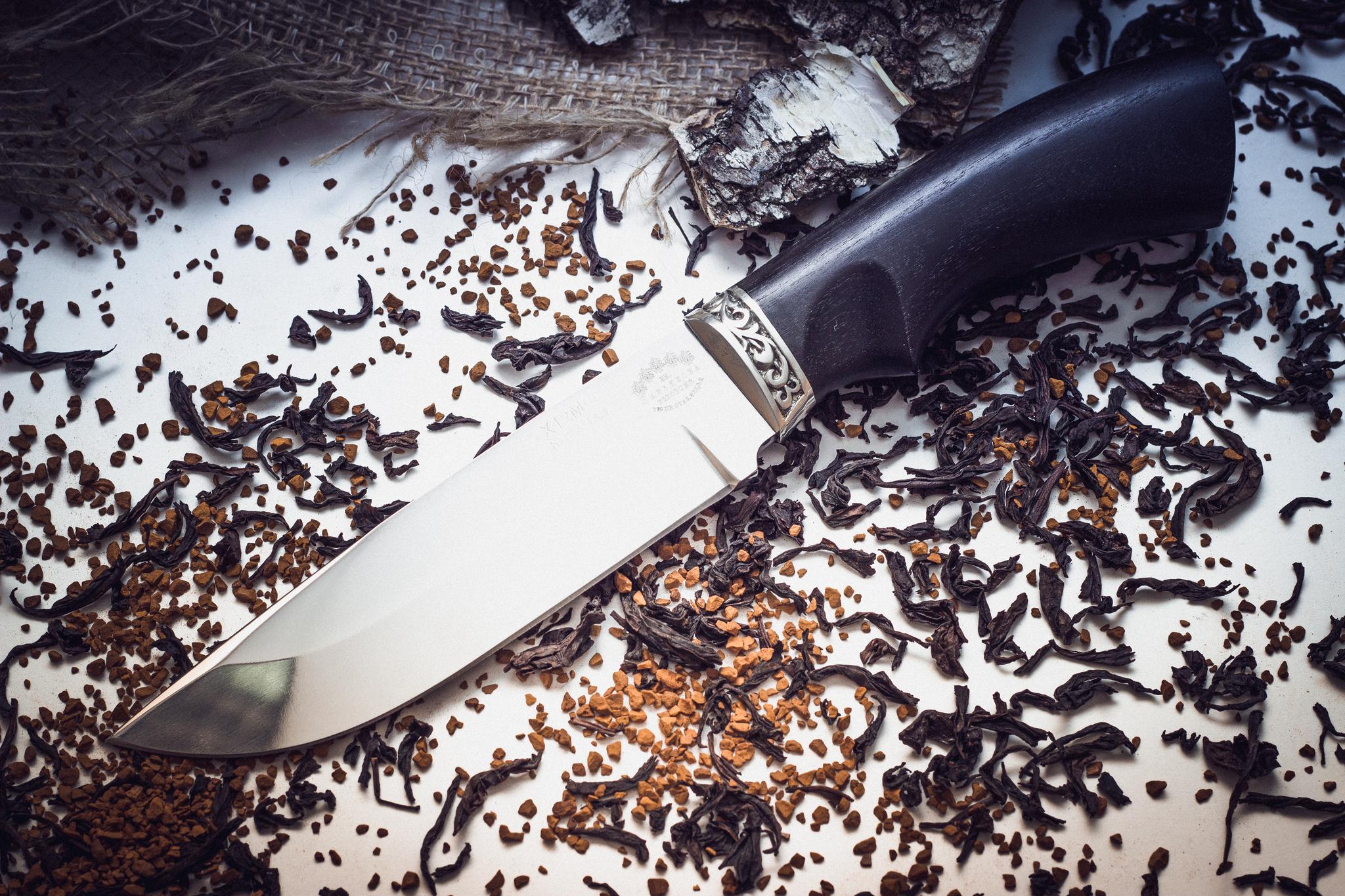 Нож Курган черный грабНожи Ворсма<br>Нож Курган относится к традиционным русским ножам свойственным для южнорусской части нашей страны. В этом ноже сочетаются формы восточных ножей и русской ножевой традиции. Можно сказать, что это «большой» пчак, который приехал к русское бабушке в гости и хорошенько отъелся за время летних каникул. Клинок с прямым обухом и низкими спусками отлично приспособлен для рубки и грубого реза. Таким ножом можно расколоть целое полено. Удобная рукоять обеспечивает уверенный хват при выполнении самой тяжелой работы. Подпальцевая выемка исключает соскальзывание руки на клинок. Кожаные ножны с декоративным тиснением дополняют картинку. Отличный вариант на роль большого лагерного ножа.<br>