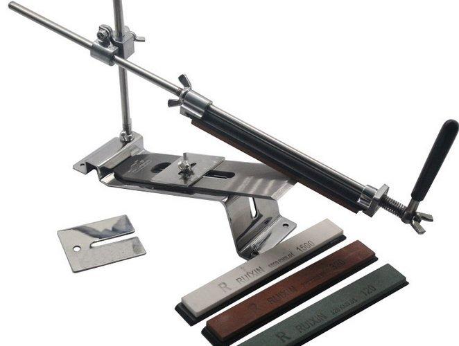 Точильный станок  Ruixin Touch Pro SteelСтанки для заточки<br>Универсальный точильный станок Apex Touch Pro Steel - незаменимы помощник в любом доме. Несмотря на компактные размеры, функциональности этого товарища можно позавидовать. Предназначен данный станок для заточки ножей, ножниц, стамесок, рубанков, топоров и кос различной толщины и размера. Угол заточки пользователь может выставлять самостоятельно. Механизм управления максимально прост. Разобраться во всех тонкостях под силу будет даже дилетанту.Изготовлен заточной станок Apex полностью из метала, потому срок его службы долог.В подножке станка имеются отверстия под болты. Предназначен он для стационарного пользования. Жестко фиксированное положение - гарантия того, что станок не будет скользить по поверхности во время заточки.Выбирая такой аксессуар для себя или в подарок, Вы можете быть уверенны в надежности, высоком качестве и удобстве покупки.<br>Комплектация:1 х точилка (полный комплект)1 х ключ шестигранник4 камня в комплекте: 120, 320, 600, 1500<br>