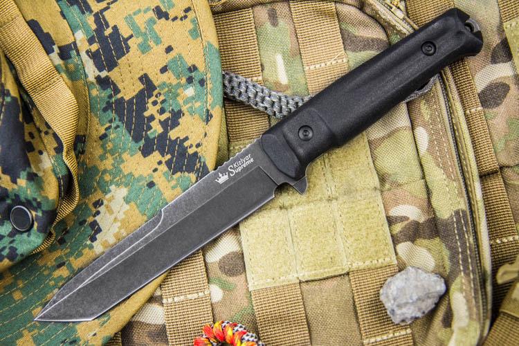 Тактический нож Aggressor AUS-8 SW , StonewashНожи Кизляр<br>Aggressor - один из самых ярких представителей новой серии TacticalEchelon,ориентированной на использование в спецподразделениях,а такжеотличносправляющейся сбольшинством нуждохотников, спасателей и другихгрупп пользователей,ведь это прежде всего - надежные и функциональные ножи.Ножи серии Tactical Echelon отличаются формами клинков,но общей для них остается форма рукояти, так как на взгляд дизайнеров Kizlyar Supreme для данной серии она обладает совершенной эргономикой.Конструкция ножей простая, но максимально прочная:накладки рукояти, изготовленные из Kraton, известного своей износоустойчивостью к истиранию и повышенными фрикционными качествами, прикручены к цельнометаллическому хвостовику резьбовыми стяжками, а также дополнительно проклеены.Стоит отметить, что рукоять идеально совместима с тактическими перчатками.Безопасность при боевом применении ножа обеспечивает форма рукояти. В роли ограничителя использован выступ на пяте клинка и подпальцевая выемка. Вырезы на подпальцевой выемке продлены на боковую поверхность плашек, образуя в устье рукояти подобие гарды.Значительную роль играет также сужающаяся к затыльнику коническая форма рукояти, образуя, таким образом, неявный упор. Два выреза на боковых поверхностях накладок, более глубокие у навершия, подчеркивают стремительность форм, а также утоньшают рукоять в поперечной плоскости, улучшая удержание при колющем ударе, создавая тот же самый конический эффект, а также предохраняют рукоять от проворачивания в руке.Подпальцевая часть рукояти достаточно широкая, и позволяет перехватывать нож ближе к ограничителю, или, наоборот, ближе к навершию, что увеличивает длину рычага при рубящем ударе.Со стороны навершия есть металлический выступ для нанесения удара. Он имеет скругленную форму и не мешает при работе хватом с упором ладони в рукоять.Все клинки серии имеют толщину около 5 мм - это обеспечивает высокую прочность ножа при поперечных нагрузках и придает но