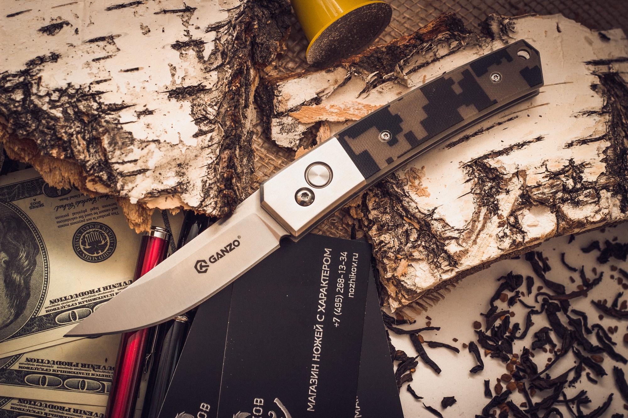 Складной нож Ganzo G7361, камуфляжGanzo<br>Если вам нужен универсальный вариант ножа, который подойдет и для ежедневной эксплуатации в городских условиях, и для поездок на природе, то хорошим решением будет купить Ganzo G7361. Эта модель изготовлена из надежных материалов и отличается очень сдержанным и лаконичным дизайном. Нож выглядит очень аккуратным, но способен работать практически с любыми материалами.<br>Клинок ножика сделан из стали марки 440С. Она относится к нержавеющим сплавам, но содержит достаточно большое количество углерода, чтобы металл приобрел твердость примерно 58 HRC. Такая твердость способствует тому, чтобы нож не нужно было слишком часто затачивать, но при необходимости, сделать это было бы просто при помощи обычной карманной точилки. Поверхность лезвия обработана методом шлифовки, благодаря чему она гладкая и глянцевая. Режущая кромка заточена классическим способом — гладко. Это также способствует универсальности ножа. Размер клинка равен 8 см по длине с толщиной по обуху 0,3 см.<br>