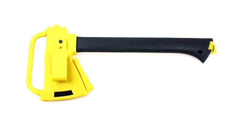 Топор Ganzo GSA-01Ganzo<br>Описание топора Ganzo GSA-01:<br>Комплект из топора, огнива и пилы — это основные инструменты, которые вам потребуются во время выезда за город. Они окажутся востребованными как на рыбалке, так и на пикнике или даже в серьезном походе. С их помощью можно заготовить качественные дрова, запастись маленькими ветками для растопки и даже мелкими опилками. Ну а огниво способно давать искры при любой погоде, даже когда спички и зажигалка выйдут из строя.<br>Металл, который производители решили использовать для пилы и топора — это нержавеющий сплав марки 3CR13. Чтобы он оставался в хорошем состоянии, инструменты достаточно вытирать насухо после использования. В остальном же эта сталь очень нетребовательна в уходе: она легко затачивается и хорошо противостоит коррозии. К тому же, полотно топора имеет черное защитное покрытие.<br>Размер рубящей кромки топора составляет 8 см, хотя со стороны рукоятки его ширина составляет лишь 4,4 см. Сама рукоятка сделана длиною 34,7 см, шириною 3,5 см и изготовлена из нейлона, укрепленного стекловолокном. Это чрезвычайно прочный материал, хотя он является очень легким. Это качество позволило сделать ручку полой изнутри, чтобы в ней можно было хранить пилу. Форма рукоятки такова, что к внешнему краю она становится шире, благодаря чему топор не выскользнет из рук при взмахе. В ней имеется отверстие, чтобы при желании, пользователь мог продеть в него темляк для страховки топора на запястье.<br>Размер пилы — поменьше. Ее общая длина — 30 см, а длина полотна — 18 см при ширине 2 см. Кончик пилы — не острый, в отличие от хорошо заточенных непосредственно «из коробки» зубчиков. Ручка выполнена из другого материала, нежели у топора — пластика ABS. Он также зарекомендовал себя как прочный и долговечный материал. Пила легко помещается внутри ручки топора и удерживается там благодаря застегивающейся на кнопку стропе.<br>Огниво помещается в небольшой полости на чехле для топора. Это наиболее компактный в данном наборе инструме