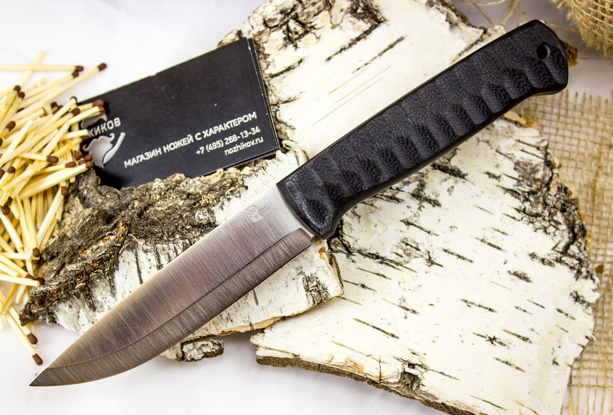 Нож Otus, сталь SleipnerНожи Рязань<br>Туристический нож OTUS выполнен в скандинавском стиле. Клинок ножа обладает спусками, которые начинаются с нижней трети клинка. Такая геометрия обеспечивает ножу высокую надежность и определенную «ломовитость». Нож отлично справляется с грубыми работами, строганием древесины и разрезанием плотных материалов. В заточке такого ножа также есть своя изюминка - нет необходимости строго выдерживать угол заточку. Вы просто кладете нож на один из спусков и начинаете плавно водить ножом по камню. Рукоять ножа выполнена из ударопрочного пластика черного цвета. Такая окраска придает ножу тактический вид.<br>