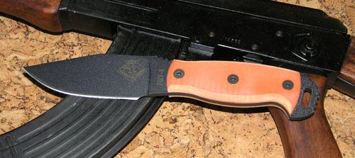 Нож с фиксированным клинком Ontario RD4 Orange G10Ontario Knife Company<br>Нож RD4 Orange G10, сталь 5160, клинок черный, рукоять с отверстием (G10).<br>