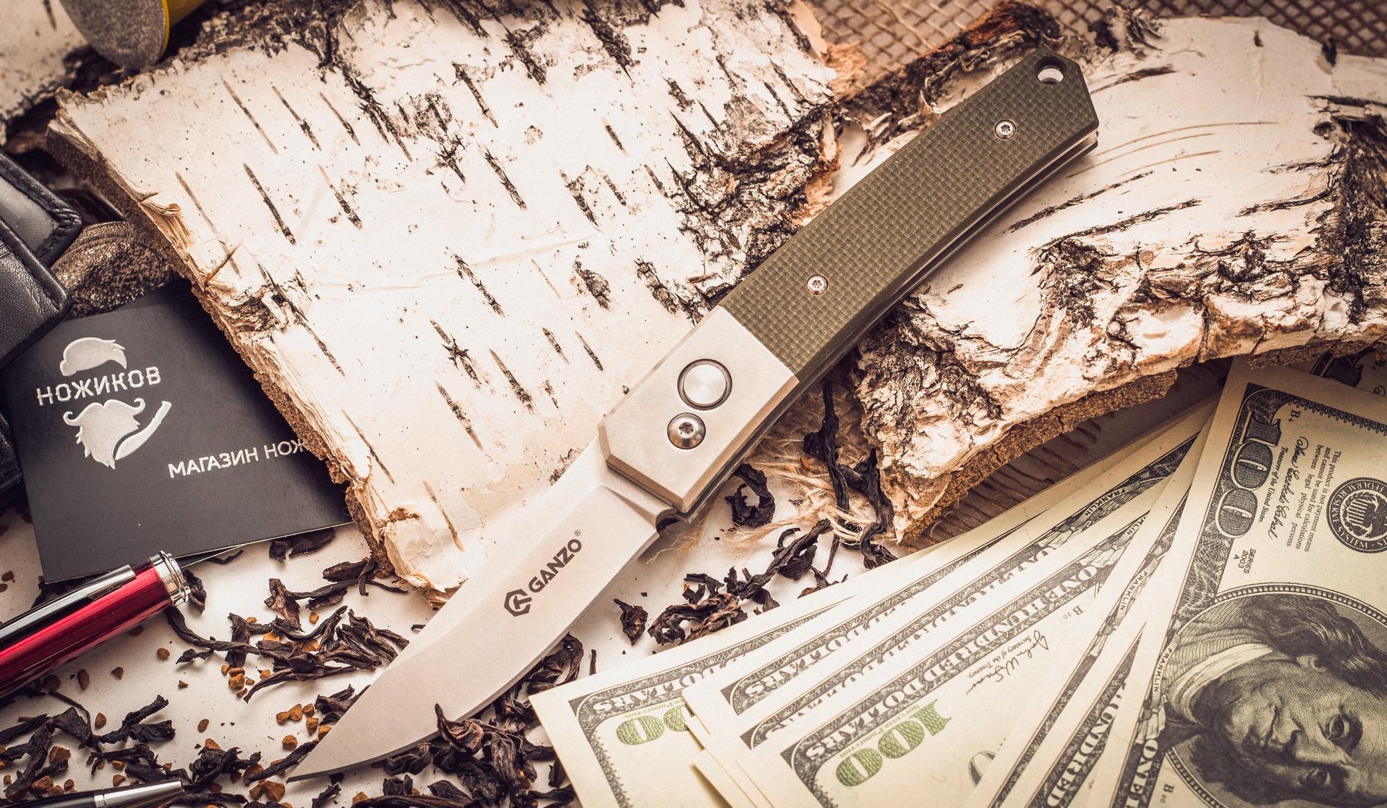 Складной нож Ganzo G7361, зеленыйGanzo<br>Если вам нужен универсальный вариант ножа, который подойдет и для ежедневной эксплуатации в городских условиях, и для поездок на природе, то хорошим решением будет купить Ganzo G7361. Эта модель изготовлена из надежных материалов и отличается очень сдержанным и лаконичным дизайном. Нож выглядит очень аккуратным, но способен работать практически с любыми материалами.<br>Клинок ножика сделан из стали марки 440С. Она относится к нержавеющим сплавам, но содержит достаточно большое количество углерода, чтобы металл приобрел твердость примерно 58 HRC. Такая твердость способствует тому, чтобы нож не нужно было слишком часто затачивать, но при необходимости, сделать это было бы просто при помощи обычной карманной точилки. Поверхность лезвия обработана методом шлифовки, благодаря чему она гладкая и глянцевая. Режущая кромка заточена классическим способом — гладко. Это также способствует универсальности ножа. Размер клинка равен 8 см по длине с толщиной по обуху 0,3 см.<br>