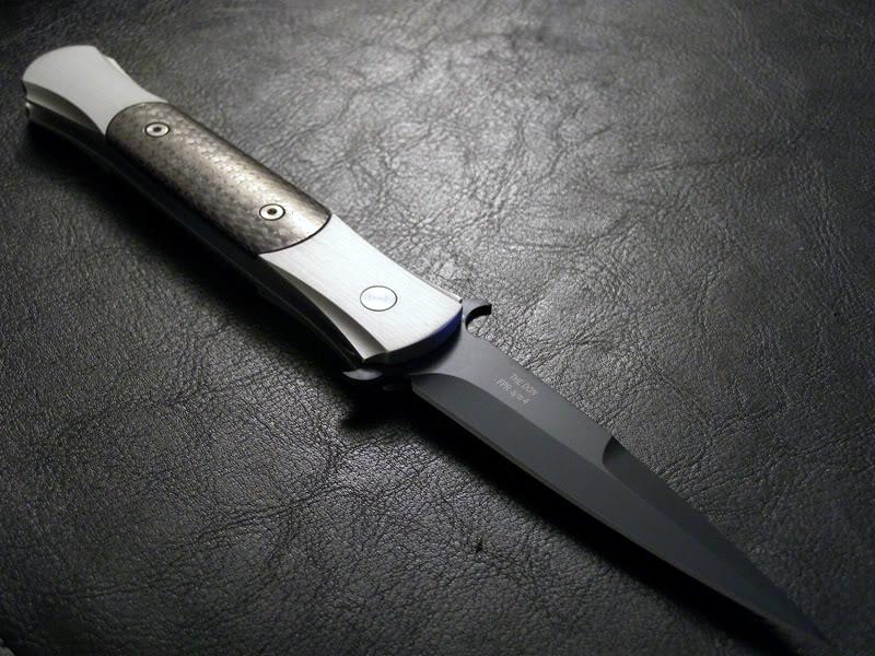Автоматический складной нож The Don, черныйРаскладные ножи<br>Вножах The DON нашли сочетание высокое мастерство, классический узнаваемый стиль исовременные высокие технологии. Каждая деталь, каждый нож этой серии были смоделированы накомпьютере иобработанны особым образом, для того, чтобы приблизиться к идеалу. Качественная пружина делает ход лезвия при открывании безупречно плавным. Ножи The DON отличаются чрезвычайно сложным процессом обработки иналичием большого количества деталей, изготовленных вручную, поэтому производство этих инструментов ограничен— каждый год выпускается небольше определённого количества ножей The DON.<br>