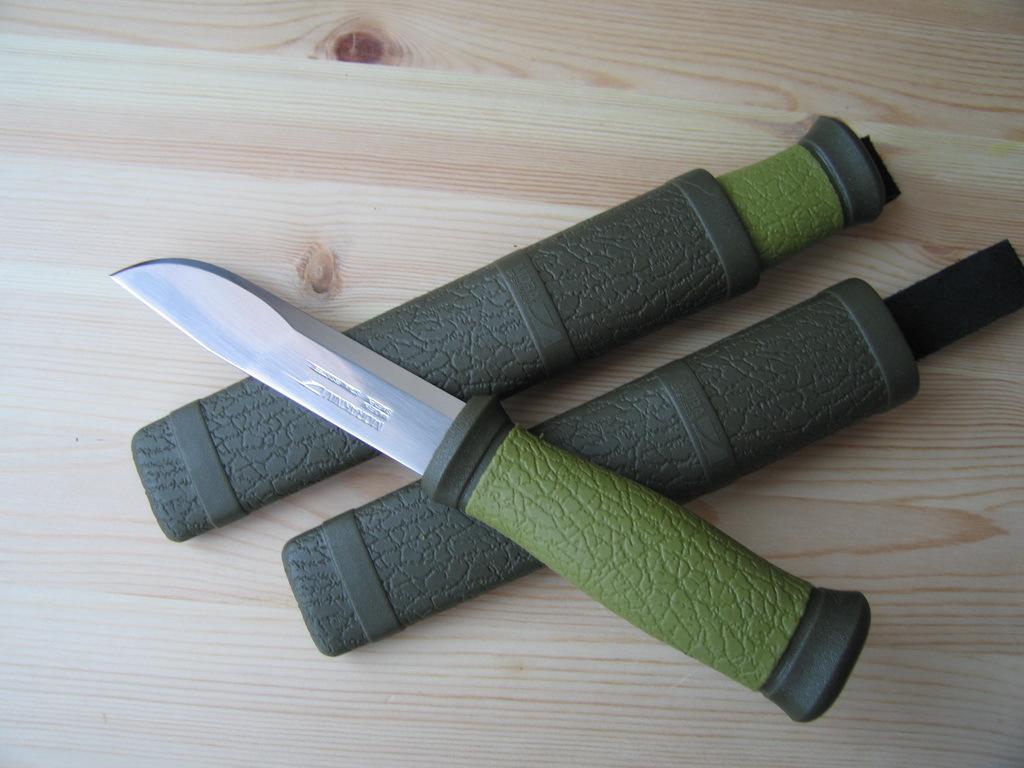Фото 2 - Нож с фиксированным лезвием Morakniv 2000, сталь Sandvik 12C27, рукоять пластик/резина, зеленый