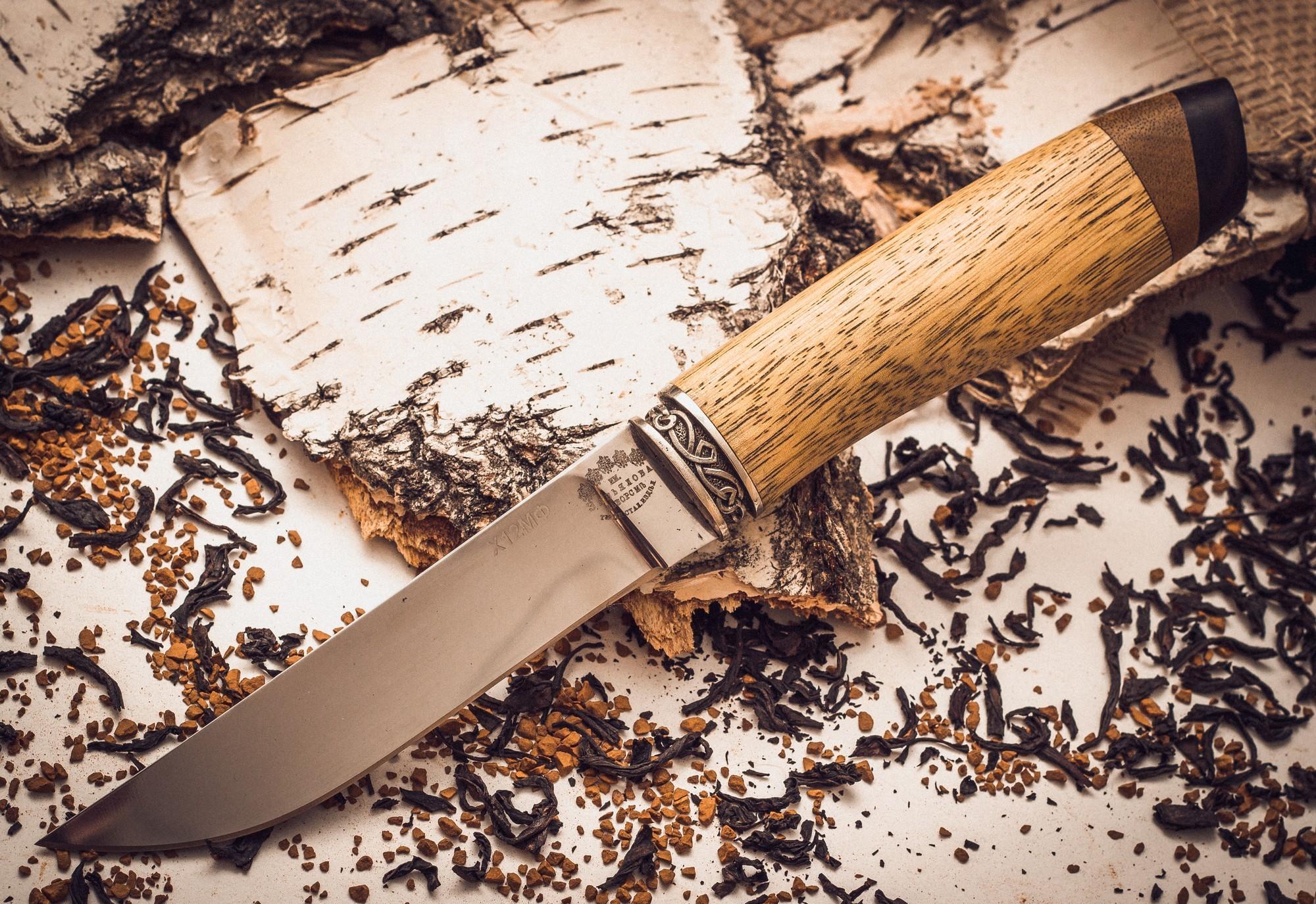 Нож Ладья-3, Х12МФ, рукоять абрикосНожи Ворсма<br>Именно так выглядели ножи северных охотников более столетия назад. На какое-то время эта традиция была утрачена и лишь совсем недавно на российском рынке стали появляться эти удобные и универсальные ножи. Только теперь клинки таких ножей изготавливают из прочных и надежных сталей, например Х12МФ. Использование этой стали в Ноже Ладья позволяет быть уверенным, что нож выдержит все испытания, которые выпадут на его долю. В этой модели нет ярких дизайнерских акцентов, но у нее есть своя брутальная красота. Погружные ножны северного типа изготовлены из прочной натуральной кожи. Использование ножен такого типа исключает возможность потери ножа.<br>