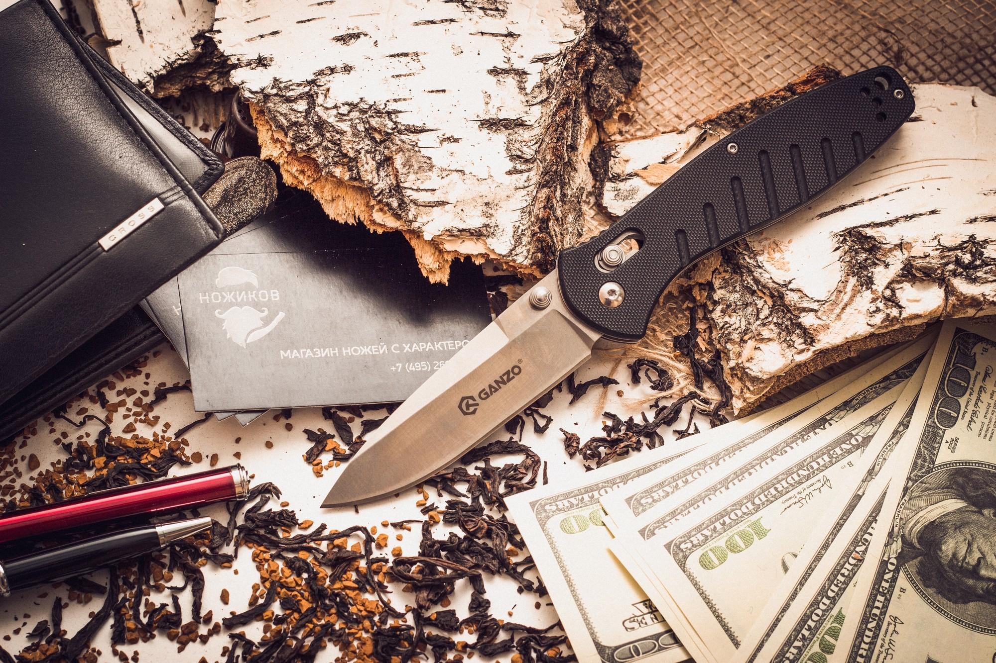 Складной нож Ganzo G738, черныйРаскладные ножи<br>Чтобы выдержать эксплуатацию в таких жестких условиях, какие предполагает отдых на природе, нож должен быть собран из самых качественных комплектующих. Так, клинок Ganzo G738 выпущен из нержавейки, которая нашла широкое применение в этой отрасли. Марка 440С содержит в составе целый ряд легирующих добавок, которые позволяют улучшить ее свойства, повысить стойкость к ржавлению и способность оставаться остро заточенной. Геометрия клинка грамотно продумана. Это drop point с пониженной линией обуха. Острие клинка немного приподнято, за счет чего режущая кромка фактически удлиняется. Заточка ножа ровная и ее легко подновить, используя самую обычную карманную точилку. Что касается габаритов клинка, то это длина 8,9 см, позволяющая легко использовать нож для чистки рыбы, приготовления бутербродов, и толщина 3,3 мм.<br>В каждом из крайних положений (открытый и сложенный нож) лезвие хорошо фиксируется. Этому способствует использование замка Axis-Lock. В нем применяется небольшой металлический штифт, который и определяет положение клинка. Разблокировать такой замок можно даже одной рукой, что является несомненным преимуществом для туристов и охотников.<br>
