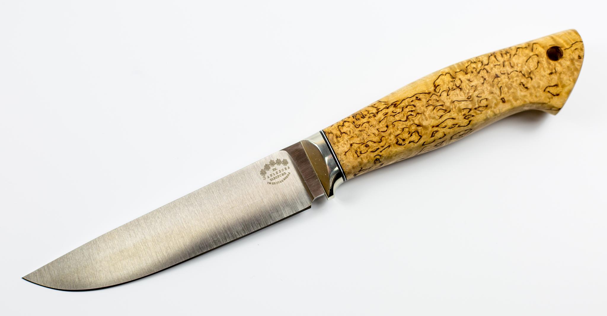 Нож Русский, сталь M390Ножи Ворсма<br>Этот нож можно смело отнести к универсальным полевым ножам, которые используются на территории всей нашей страны от Камчатки до Калининграда. Интересной особенностью является тот факт, что нож вобрал в себя черты от ножей различного типа. На рукоятке расположен грибок, свойственный финским и лапландским ножам. Прямой обух с острым кончиком используется в ножах северных охотников. Высокие спуски пришли к нам с Востока. Благодаря сбалансированному набору таких элементов получился надежный полевой нож с развитым функционалом. Ножом удобно строгать древесину, снимать кору с деревьев, открывать консервные банки. Для хранения и транспортировки используется удобный кожаный чехол.<br>