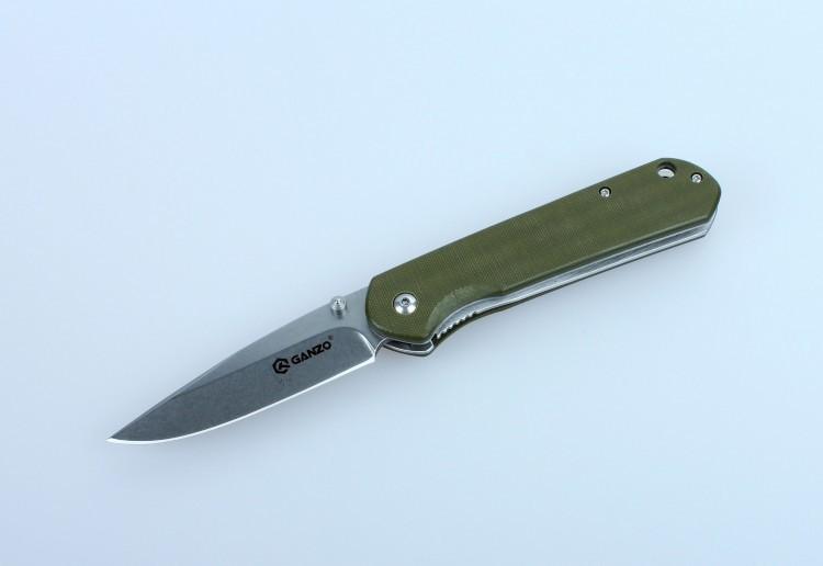 Нож Ganzo G6801, зеленыйРаскладные ножи<br>Ganzo G6801 — действительно многозадачная модель, которая как нельзя лучше подходит активным людям, часто выезжающими ни природу. Этот нож поможет приготовить в походе пищу, отремонтировать походное и рыбацкое снаряжение, а также справиться со многими другими заданиями.<br>Клинок ножа изготовлен из прочной нержавеющей стали 9Cr14Mov с твердостью около +-58 HRC. Этот сплав позволяет без труда остро наточить нож, который долгое время будет оставаться острым даже несмотря на интенсивное использование. Тип заточки лезвия ножа Ganzo G6801 — plain. Это значит, что режущая кромка — гладкая, без зазубрин. Такая заточка позволяет использовать нож для работы с подавляющим большинством материалов. Размеры клинка также подобраны таким образом, чтобы обеспечить универсальность использования ножа наряду с его компактностью. Длина лезвия составляет 8,5 см, толщина в наиболее широкой части — 3,3 мм. В сложенном виде, длина ножа Ganzo G6801 достигает 12 см, а его полные размеры в открытом виде — 20,5 см.<br>На рукоятке закреплены накладки из термопластика G10. Это прочный композитный материал, которых не уступает в надежности стали. К тому же, он очень долговечный, стойкий к воздействию многих активных химических веществ, не выгорающий на солнце и не впитывающий воду. Поверхность накладок текстурированная, чтобы нож можно было крепче держать в руках. Также в рукоятку можно вдеть ремешок для руки, через специально предусмотренное отверстие небольшого диаметра. В кармане или на поясном ремне Ganzo G6801 закрепляется при помощи металлической клипсы. Для выбора доступны четыре варианта ножей Ganzo G6801: с зеленой, черной, оранжевой или камуфляжной рукояткой.<br>Поскольку модель Ganzo G6801 — складная, в ней используется специальный ножевой замок для фиксации клинка. В данном случае, установлен замок Liner Lock, который гарантирует надежное закрепление лезвия ножа и исключает его самостоятельное открывание или закрывание.<br>Особенности:<br><br