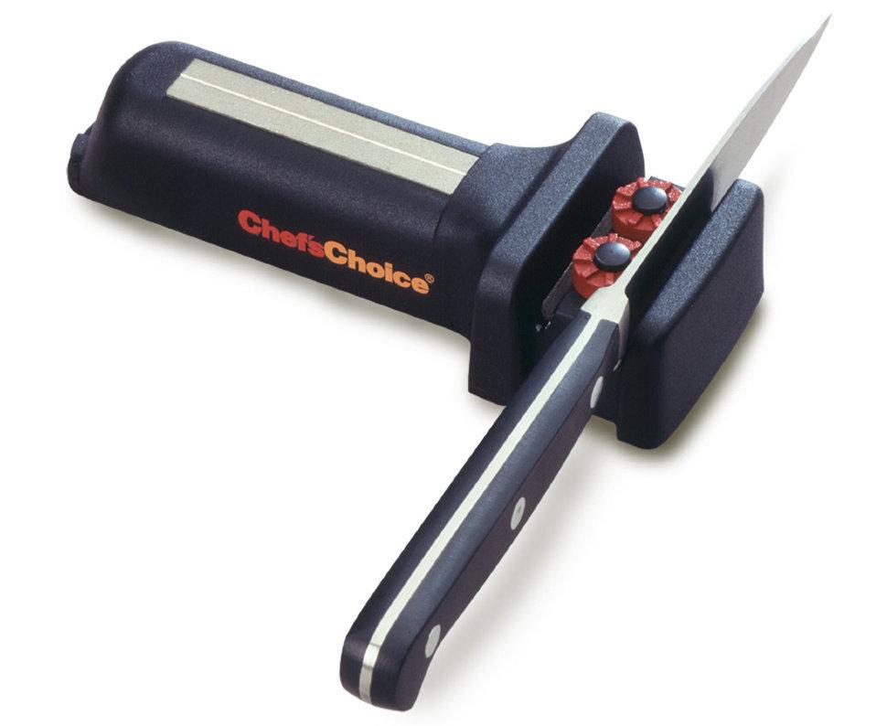 Механическая точилка для Ножей и Ножниц CH/480KSСтанки для заточки<br>Механическая точилка CH/480KS – универсальное устройство для затачивания ножниц и ножей различных типов и предназначений. Благодаря своей многофункциональности и компактности она станет незаменимым помощником в домашнем быту, но также приходится и в случае, если вы соберетесь в путешествие. В модели CH/480KS используется двухступенчатая система заточки с помощью элементов из 100 % алмазных абразивов. На первом этапе правятся кромки ножа или ножниц, а затем они доводятся и полируются.<br>Характеристики:Угол заточки: 20Количество этапов заточки: 2Стадия заточки: ЕстьСтадия доводки: ЕстьТип абразивного покрытия: АлмазРекомендована для: Кухонные ножи; Карманные ножи; Туристические и складные ножи; Бытовые и швейные ножницы; Инструменты и крючки; Стальные ножи с зазубренными краями карманных размеровMade in USA<br>Одно из основных преимуществ точилки CH/480KS состоит в том, что перед затачиванием ножницы не нужно разбирать. Кроме того, использовать данную модель легко может и неопытный пользователь: качественные направляющие гарантируют надежную фиксацию ножей под верным углом. Идеально подходит для заточки стальных ножей и бытовых или швейных ножниц. Также совместим с такими рыболовными инструментами, как крючки.<br>