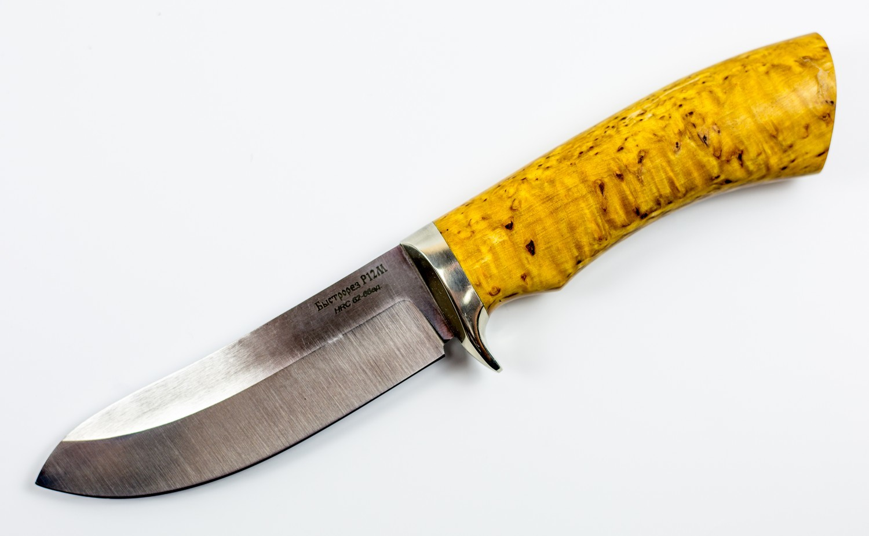 Нож туристический Скинер, быстрорез, сталь Р12Ножи Ворсма<br>Туристическому ножу приходится справляться с широким перечнем задач в дикой природе. Можно сказать, что нож это самый обязательный элемент экипировки туриста или охотника. Эта модель имеет геометрию, которая позволяет использовать нож для чистки рыбы и свежевания добычи. Прямой обух имеет небольшое понижение, которое заканчивается острым кончиком. Плавный подъем режущей кромки позволяет аккуратно снимать шкуру не повреждая ее. Нож выполнен из инструментальной стали, которая обладает высоким сопротивлением к коррозии, не боится контактов с кислотными продуктами.<br>Смотреть все охотничьи и туристические ножи<br>