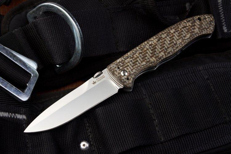Складной нож Vega 440CНожи Кизляр<br>Стильный городской складник с клипсой - Vega от Kizlyar Supreme с оригинальной микартой и полированным клинком с фальшлезвием (улучшает прокалывающую способность) из стали 440C.Нож снабжен линейным замком, гарантирующим надежную фиксацию клинка против складывания, а для удобного открывания любой рукой на клинке установлена рифленая шайба.Рукоять выполнена из красивой и необычной микарты с тканевой фактурой, которая дает мягкие приятные ощущения по сравнению с традиционной микартой.Vega обладает клипсой, с помощью которой нож можно закрепить на поясе или с внутренней стороны кармана для комфортного повседневного ношения (EDC).<br>Характеристики:Полная длина 210ммДлина клинка 92 ммТолщина клинка 3,1 ммШирина клинка 23,2 ммДлина рукояти 118 ммТолщина рукояти 15,6 ммМатериал клинка Сталь 440CОбработка клинка ПолированныйТвердость 59-60 HRCВес 135 гМатериал рукояти MicartaКонструкция линейный фиксаторКомплектация Нож, международный гарантийный талон, подарочная упаковка<br>