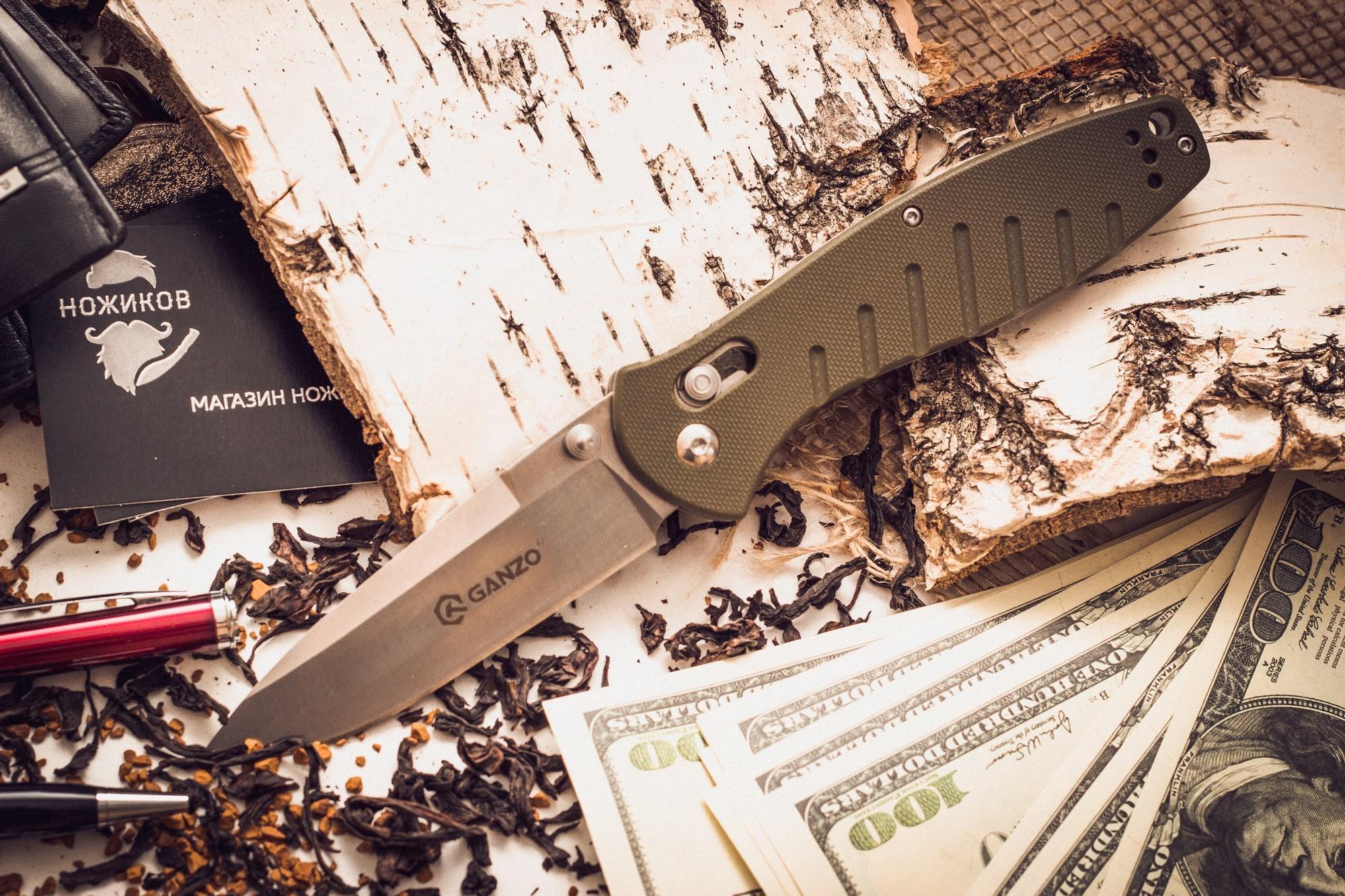 Складной нож Ganzo G738, зеленыйРаскладные ножи<br>Чтобы выдержать эксплуатацию в таких жестких условиях, какие предполагает отдых на природе, нож должен быть собран из самых качественных комплектующих. Так, клинок Ganzo G738 выпущен из нержавейки, которая нашла широкое применение в этой отрасли. Марка 440С содержит в составе целый ряд легирующих добавок, которые позволяют улучшить ее свойства, повысить стойкость к ржавлению и способность оставаться остро заточенной. Геометрия клинка грамотно продумана. Это drop point с пониженной линией обуха. Острие клинка немного приподнято, за счет чего режущая кромка фактически удлиняется. Заточка ножа ровная и ее легко подновить, используя самую обычную карманную точилку. Что касается габаритов клинка, то это длина 8,9 см, позволяющая легко использовать нож для чистки рыбы, приготовления бутербродов, и толщина 3,3 мм.<br>В каждом из крайних положений (открытый и сложенный нож) лезвие хорошо фиксируется. Этому способствует использование замка Axis-Lock. В нем применяется небольшой металлический штифт, который и определяет положение клинка. Разблокировать такой замок можно даже одной рукой, что является несомненным преимуществом для туристов и охотников.<br>