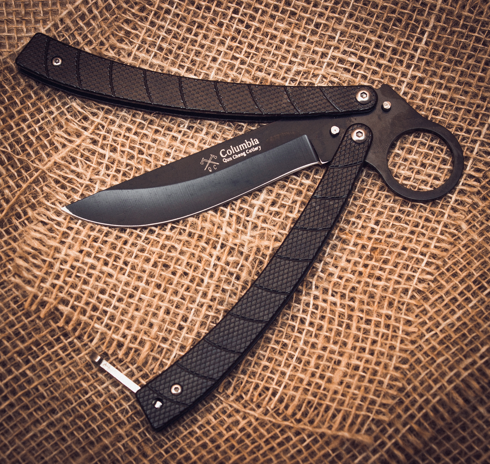Нож-бабочка (балисонг) CS GOНожи-бабочки и балисонги<br>Универсальный городской нож-бабочка CS GO, о котором смело можно сказать, что он мастер на все руки. Балисонг КС ГО выполнен в стилистике ножей бабочек, которые в последнее время становятся все более популярными. К интересным особенностям этой модели можно отнести изогнутую металлическую рукоять и кольцо для пальца, расположенное на пятке клинка. На кольцо стоит обратить отдельное внимание. При использовании ножа, указательный палец размещается в кольце. Такой нож невозможно выбить из руки. Геометрия клинка позволяет использовать нож флиппинга в качестве туристического ножа.<br>