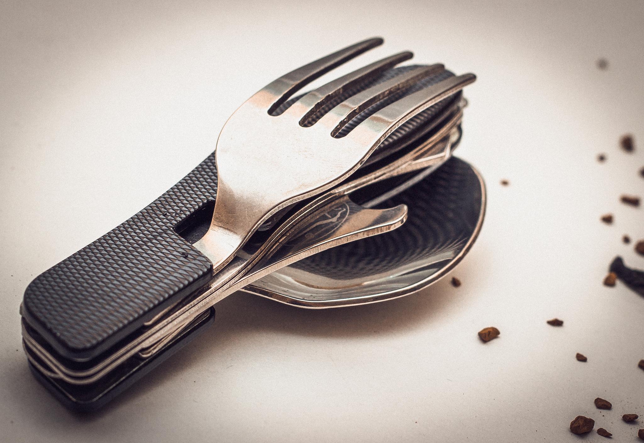 Многофункциональный нож 4 в 1420<br>Многофункциональный нож 4 в 1 – вот что действительно следует иметь в своем арсенале каждому туристу и любителю вылазок на природу. Компактный туристический набор ложка-вилка-нож с толщиной клинка 1,6 мм станет Вашим лучшим другом вдали от привычных средств цивилизации. Металлическая рукоятка эргономичной формы делает использование этого мультитула весьма удобным и беспечным. Данная складная туристическая ложка-вилка сделана из высококачественных материалов, поэтому служить она Вам будет на протяжении весьма длительного времени.Обзавестись оригинальным набором столовых принадлежностей для похода всегда можно в интернет магазине Ножиков. Полезный мультитул также можно купить в подарок как начинающему, так и бывалому туристу.Многофункциональный нож 4 в 1: нож, ложка, вилка и открывалка.Oбщая длина - 180 ммДлина клинка - 76 ммТолщина клинка - 1,6 ммСталь - 420Рукоять - металл<br>